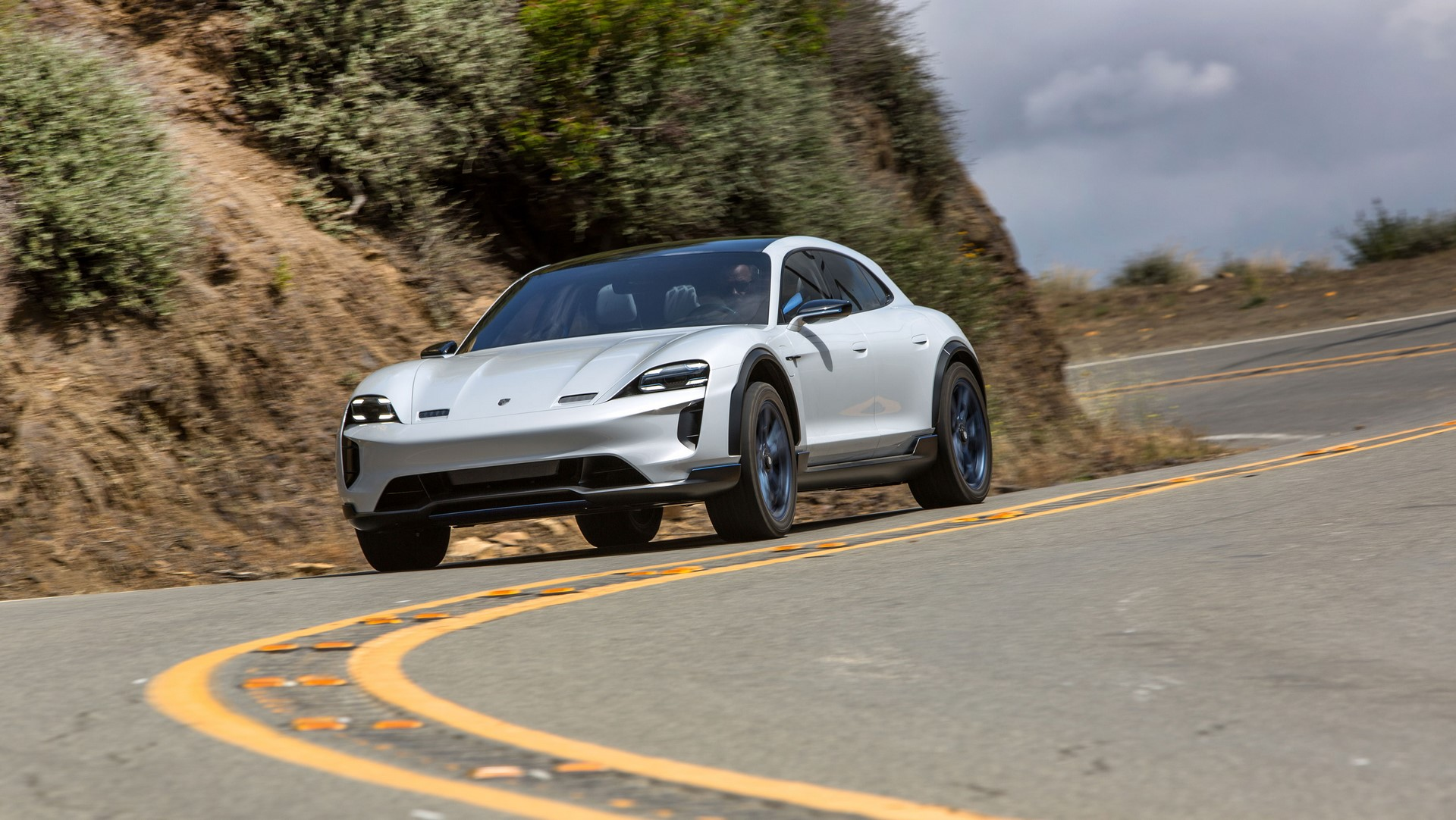 Porsche Mission E Cross Turismo (13)