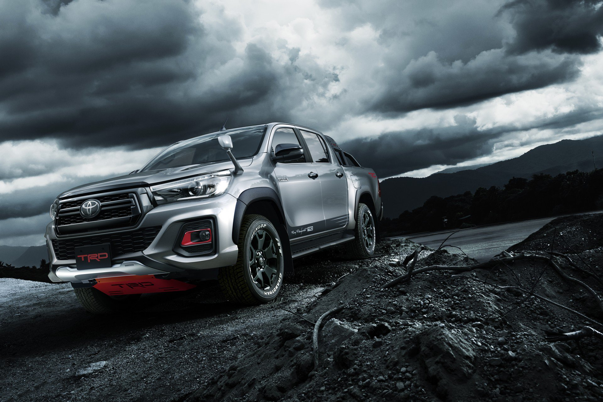 Toyota Hilux Black Rally Edition (1)