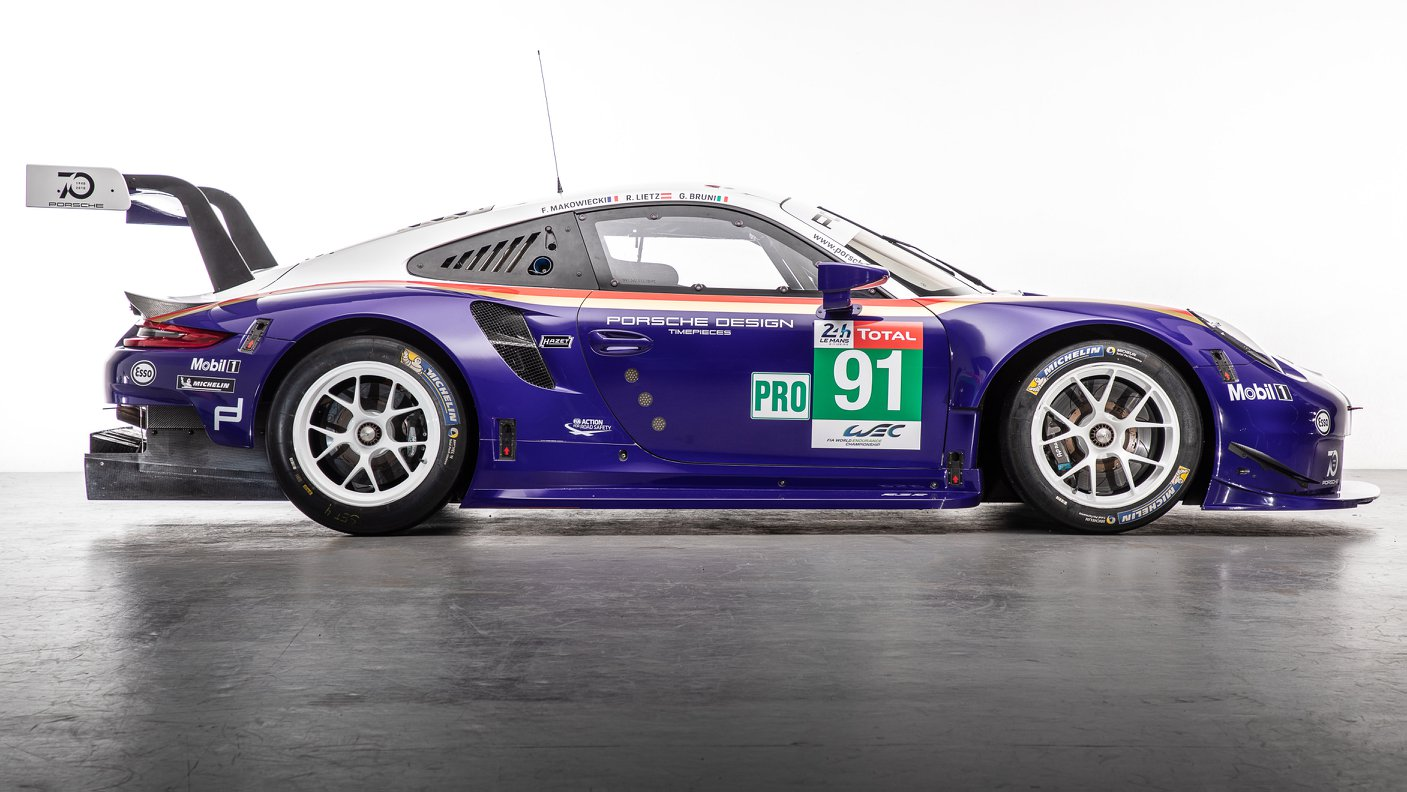 Two Porsche 911 RSR in historic livery (16)