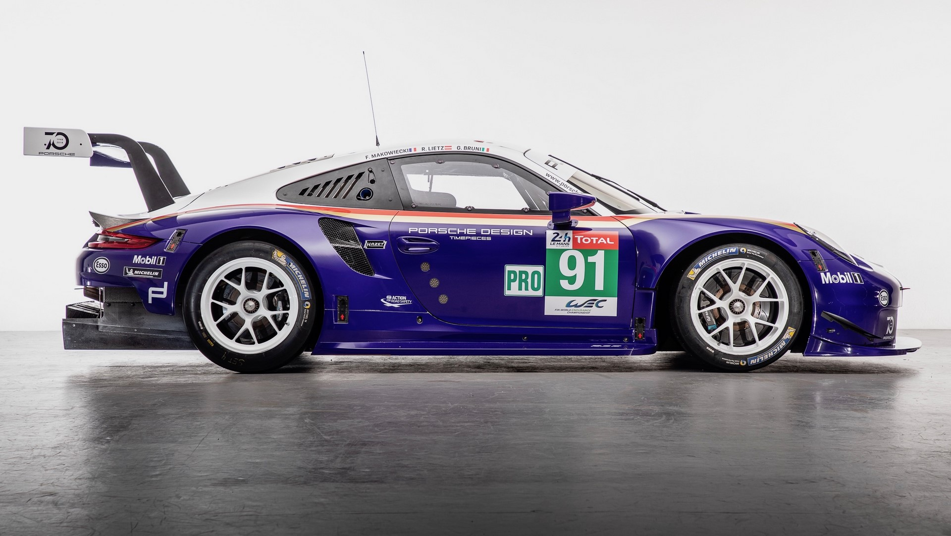 Two Porsche 911 RSR in historic livery (8)