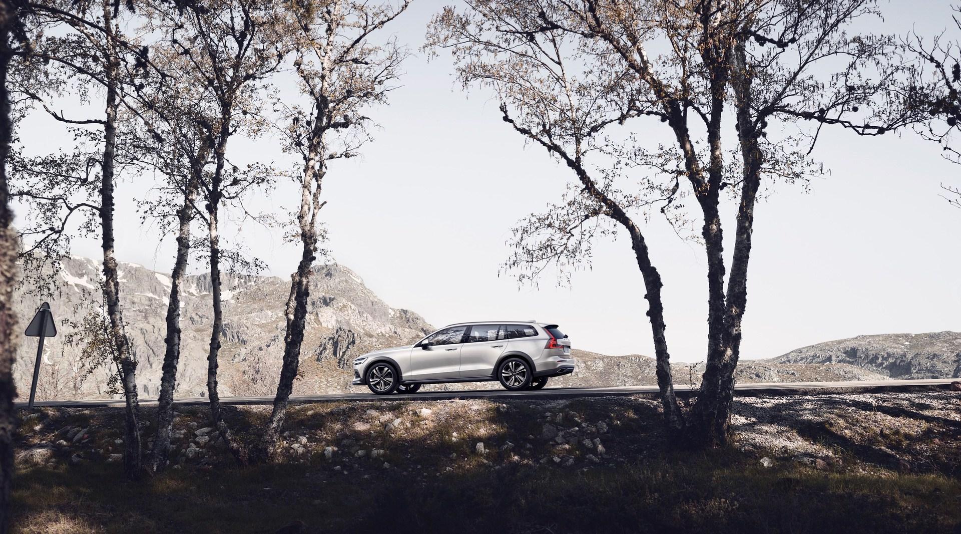 New Volvo V60 Cross Country exterior