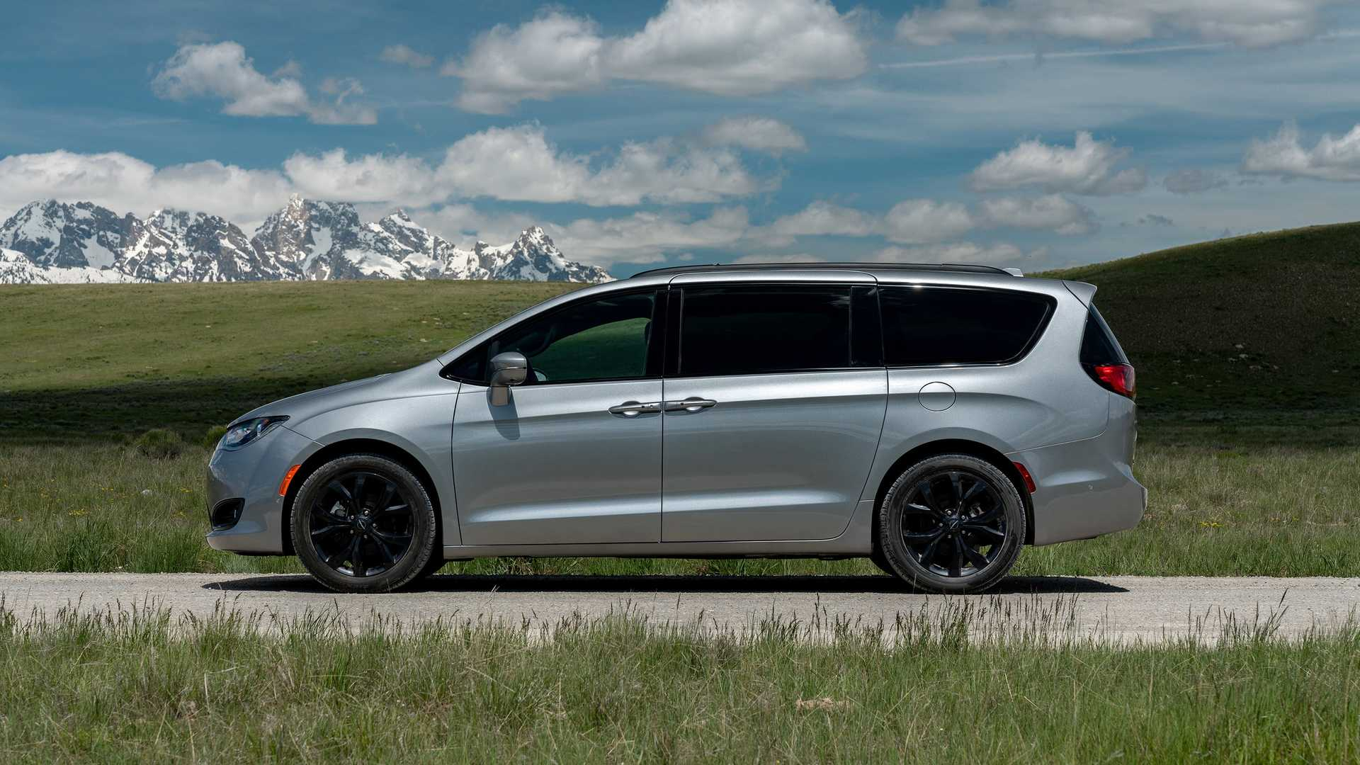 2020_Chrysler_Pacifica_Red_S_Edition_0008