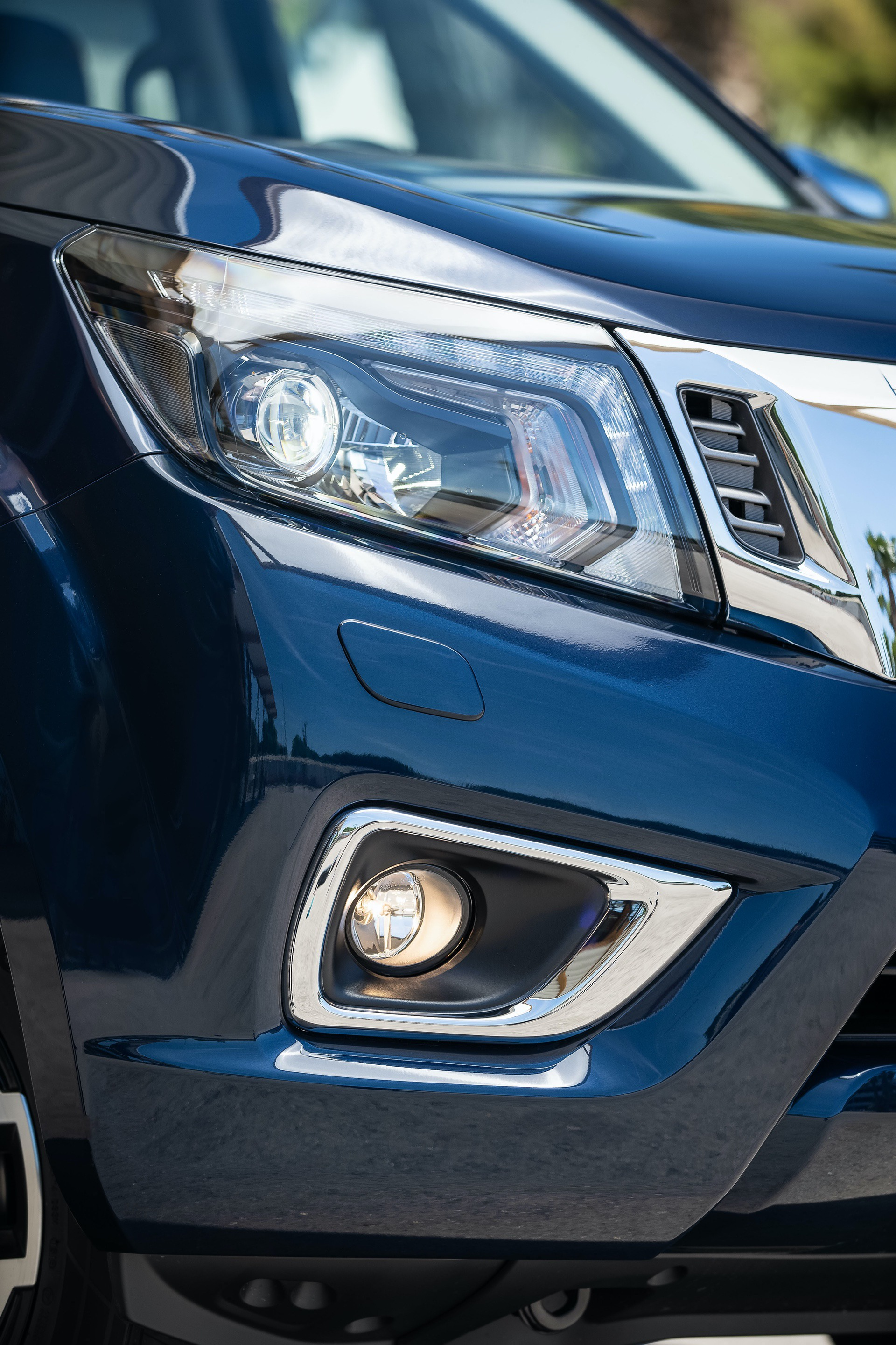 Nissan-Navara-Double-Cab-Blue-Front-lights-2