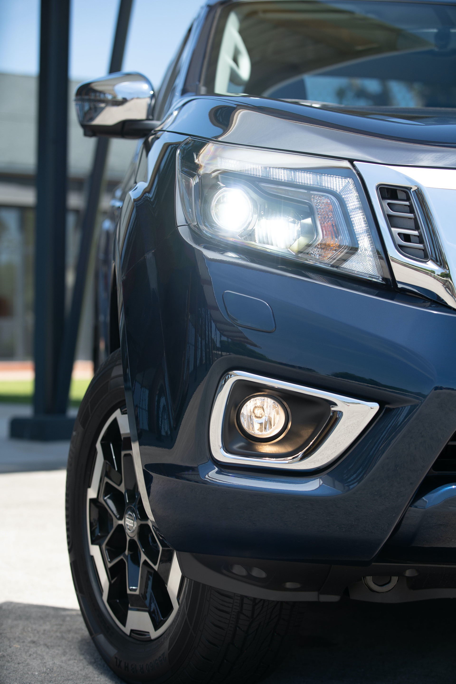 Nissan-Navara-Double-Cab-Blue-Front-lights-3