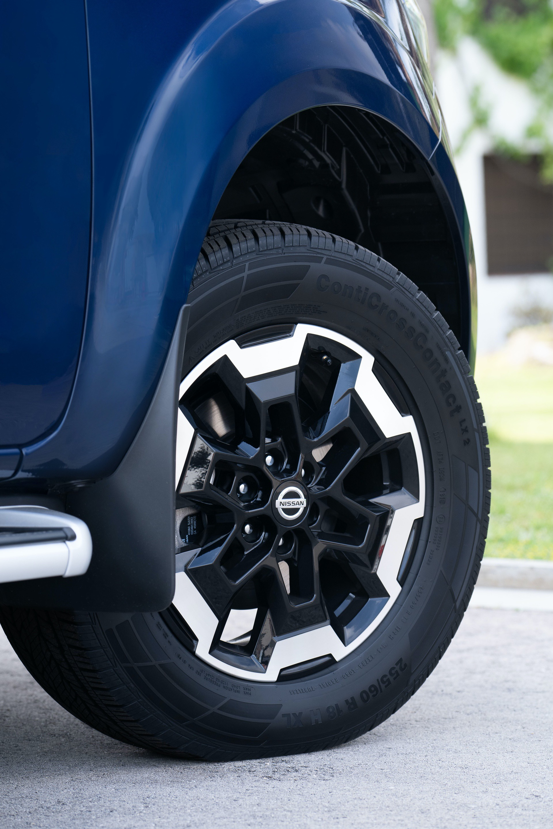 Nissan-Navara-Double-Cab-Blue-Front-wheel