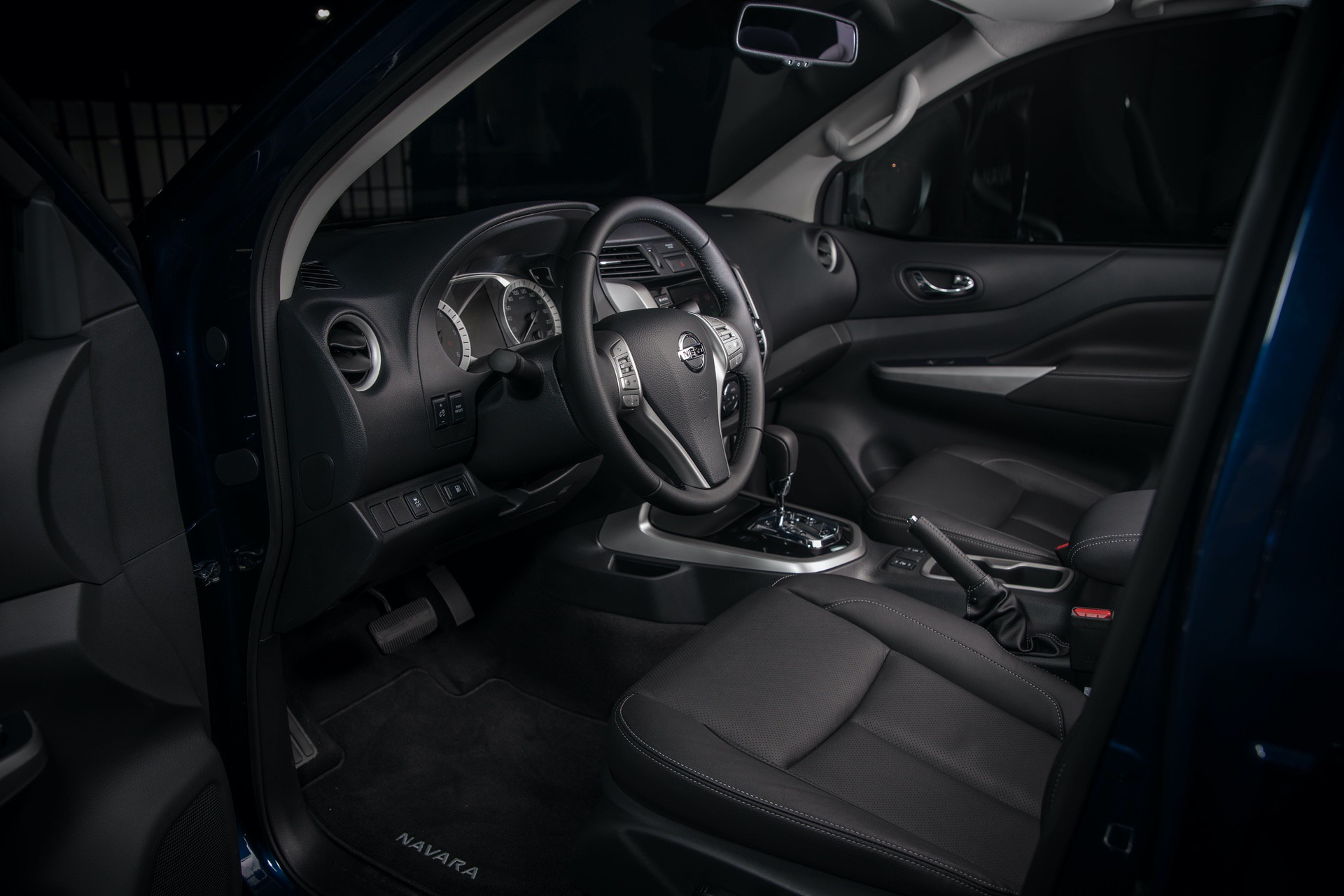 Nissan-Navara-Double-Cab-Blue-Interior-2