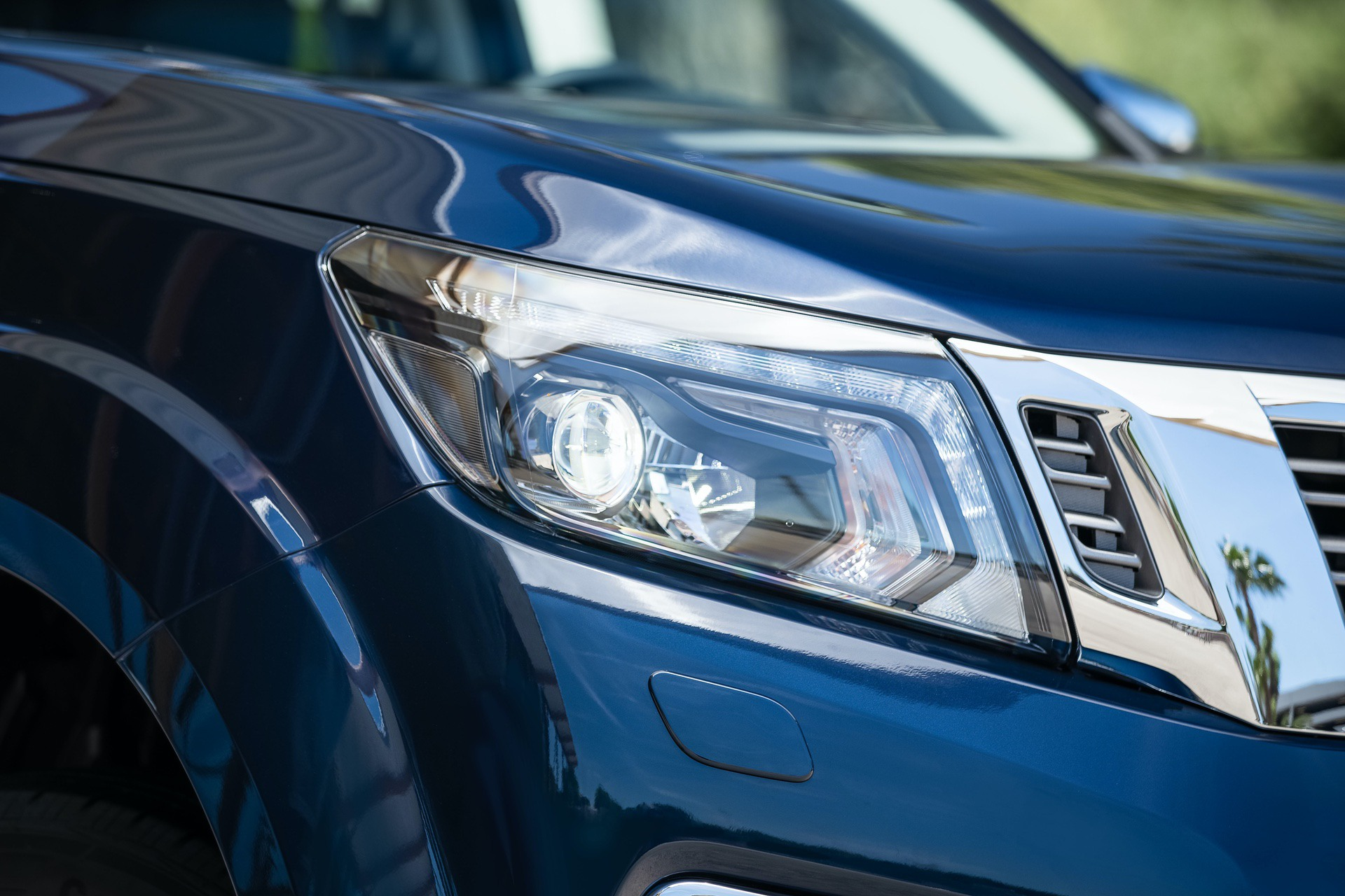Nissan-Navara-Double-Cab-Front-lights-3