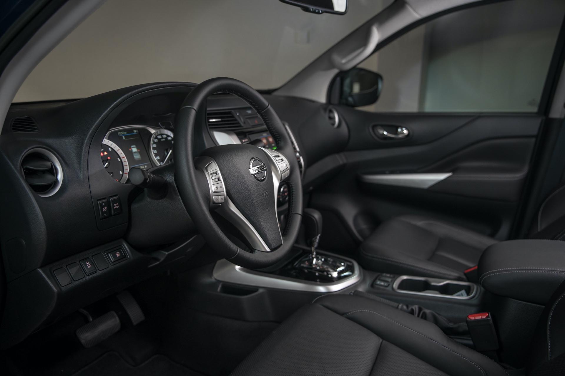 Nissan-Navara-Double-Cab-Interior-3