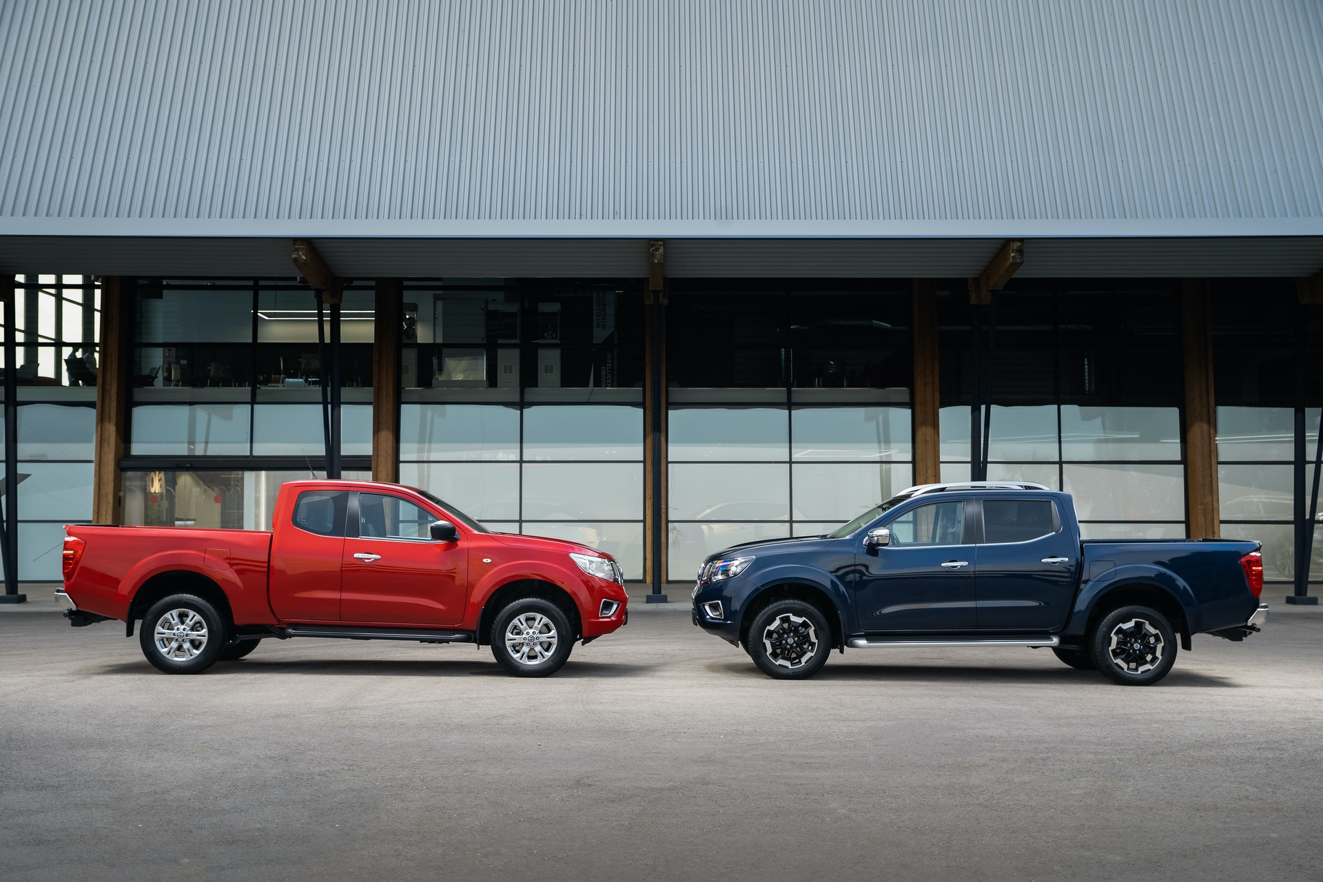 Nissan-Navara-King-Cab-Red-and-Double-Cab-Blue-2