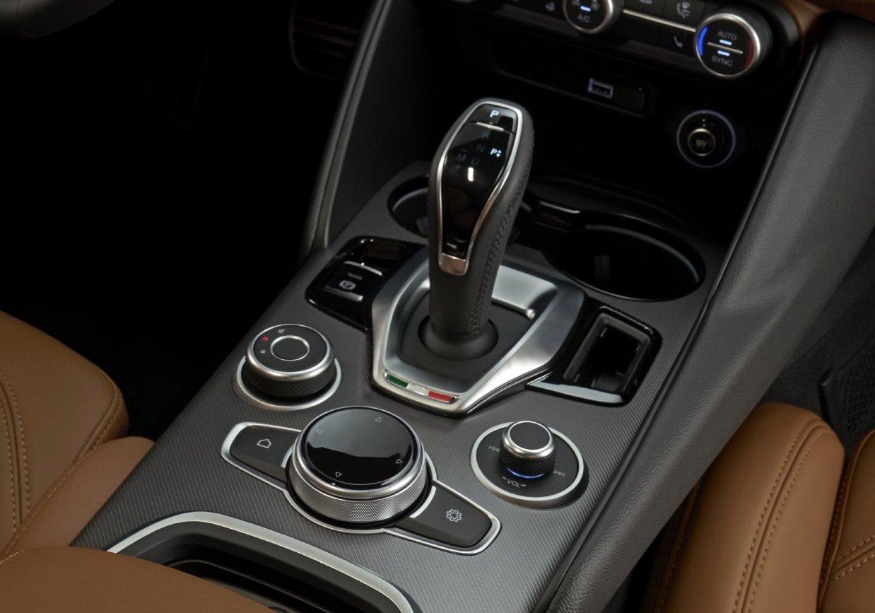 2020-Alfa-Romeo-Interior-2