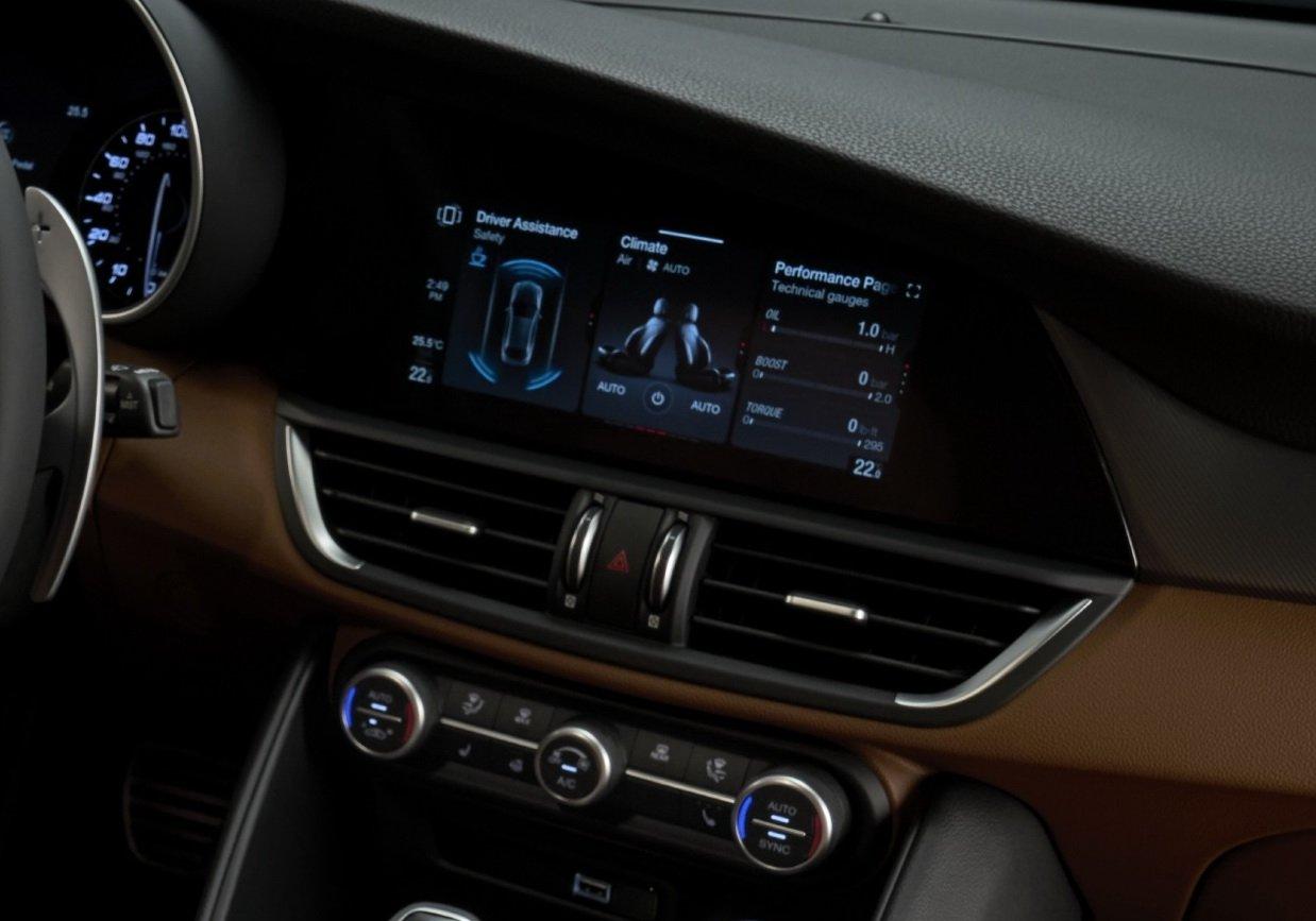 2020-Alfa-Romeo-Interior-3