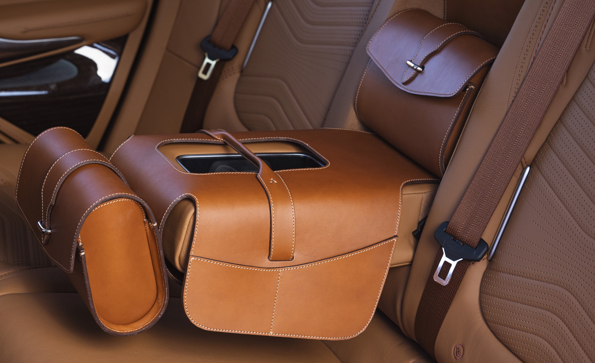 Aston-Martin-DBX-Saddle-Bag