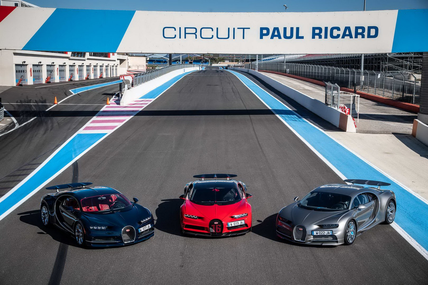 Bugatti-Chiron-and-Chiron-Sport-at-Paul-Ricard-Circuit-1