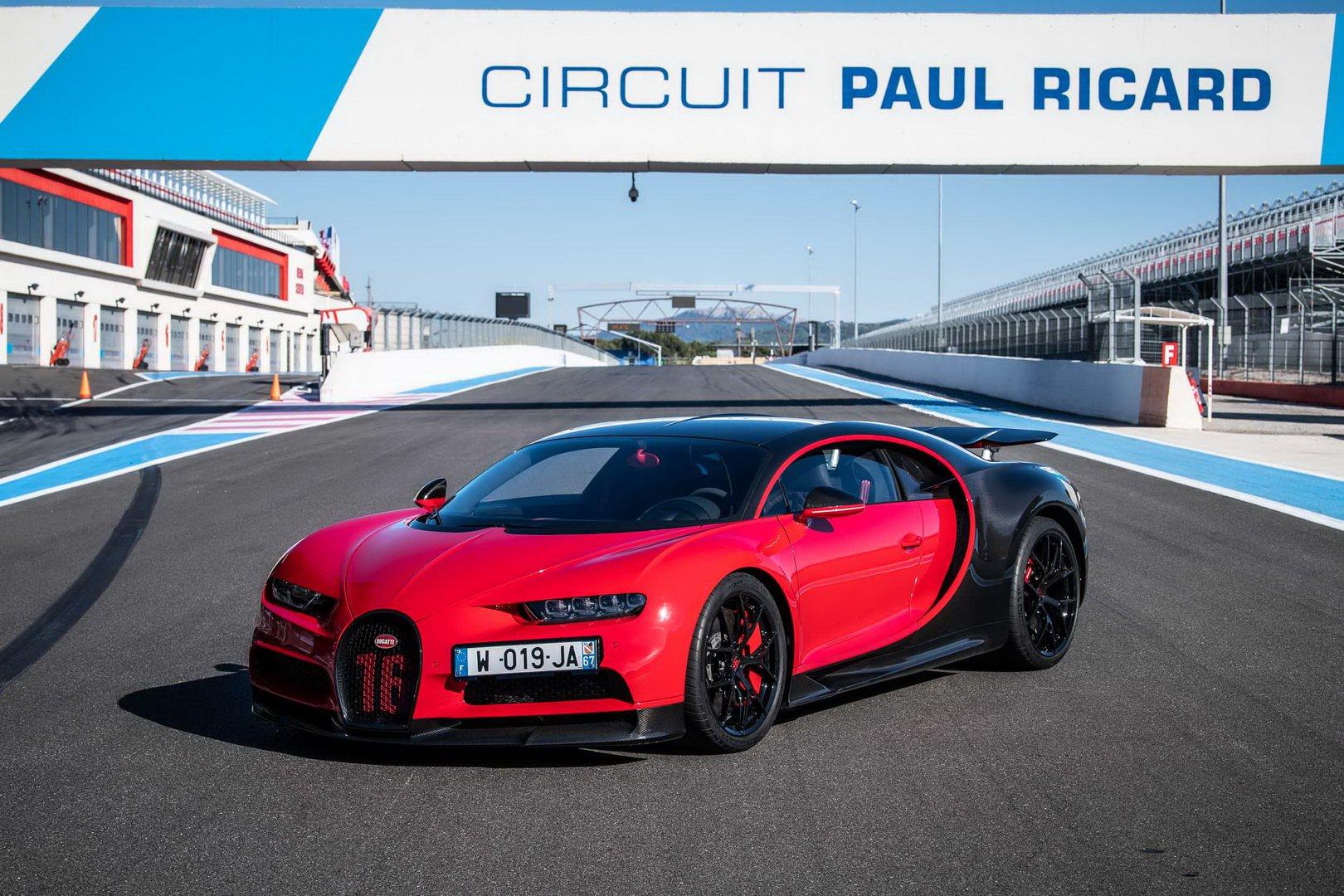 Bugatti-Chiron-and-Chiron-Sport-at-Paul-Ricard-Circuit-3