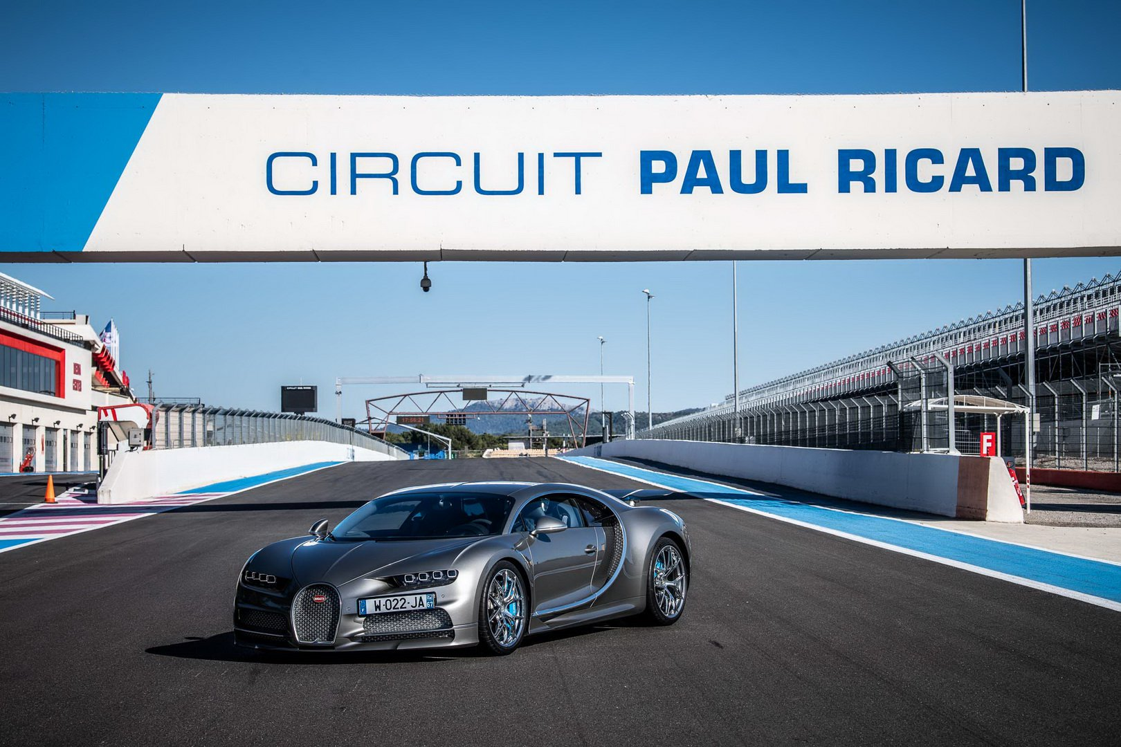 Bugatti-Chiron-and-Chiron-Sport-at-Paul-Ricard-Circuit-4