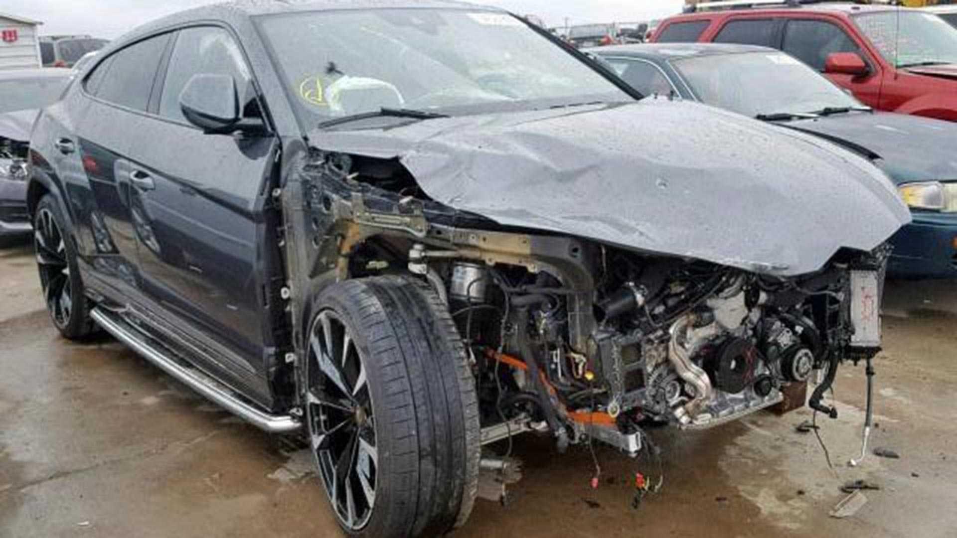 Crashed Lamborghini Urus (2)