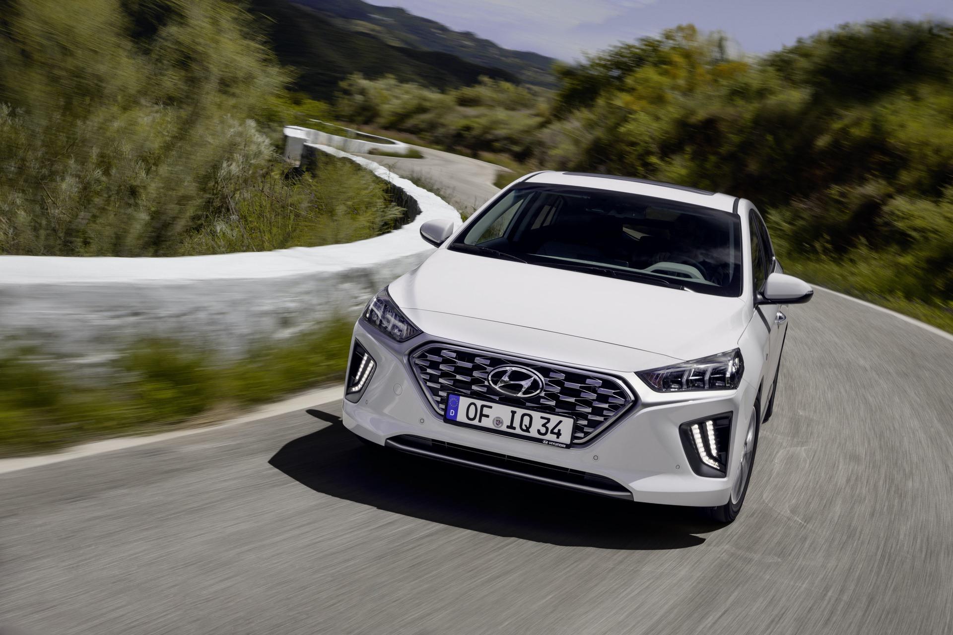 New-Hyundai-IONIQ-Hybrid-11