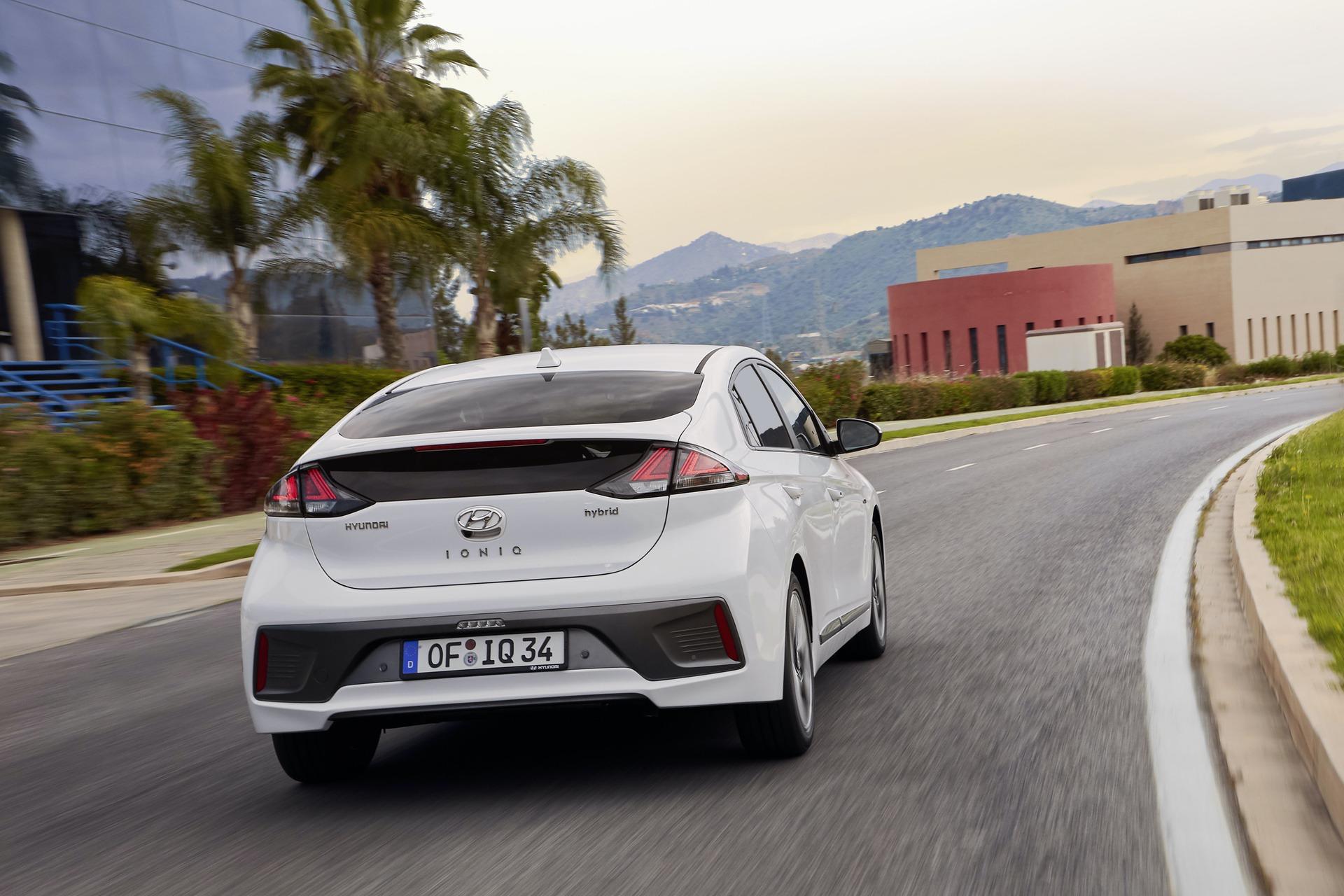 New-Hyundai-IONIQ-Hybrid-18