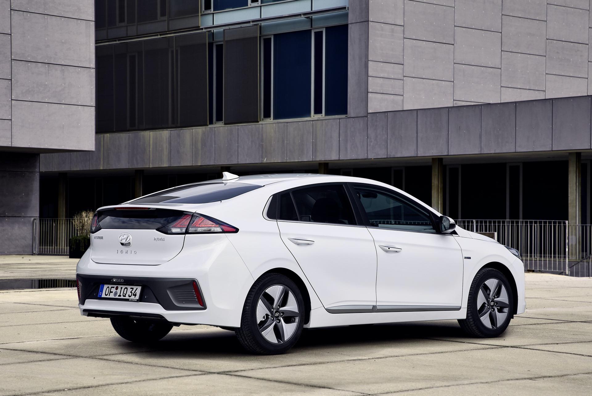New-Hyundai-IONIQ-Hybrid-2