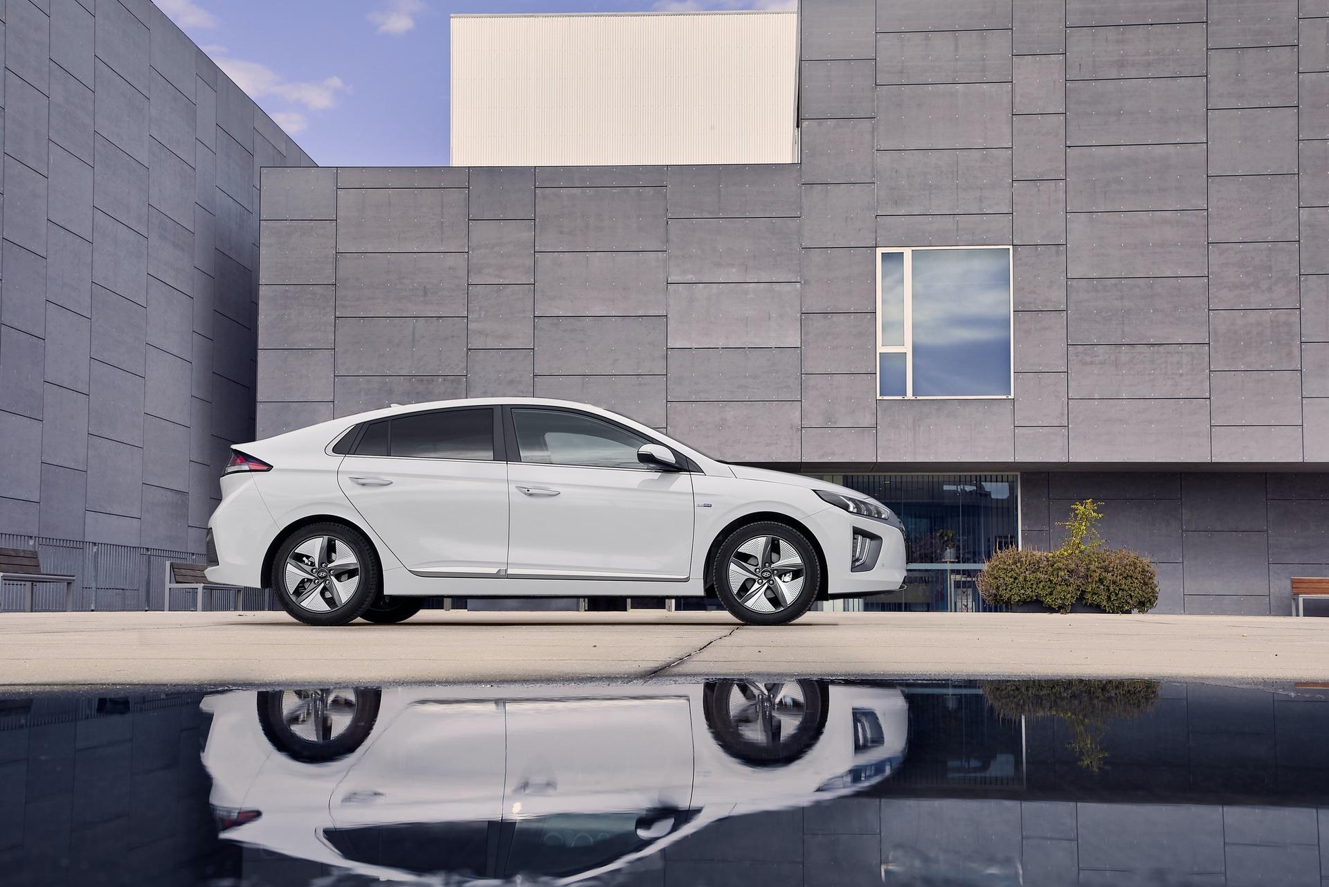New-Hyundai-IONIQ-Hybrid-3