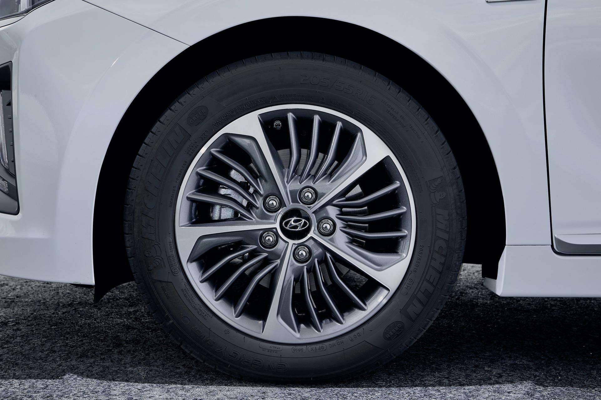 New-Hyundai-IONIQ-Plug-in-17