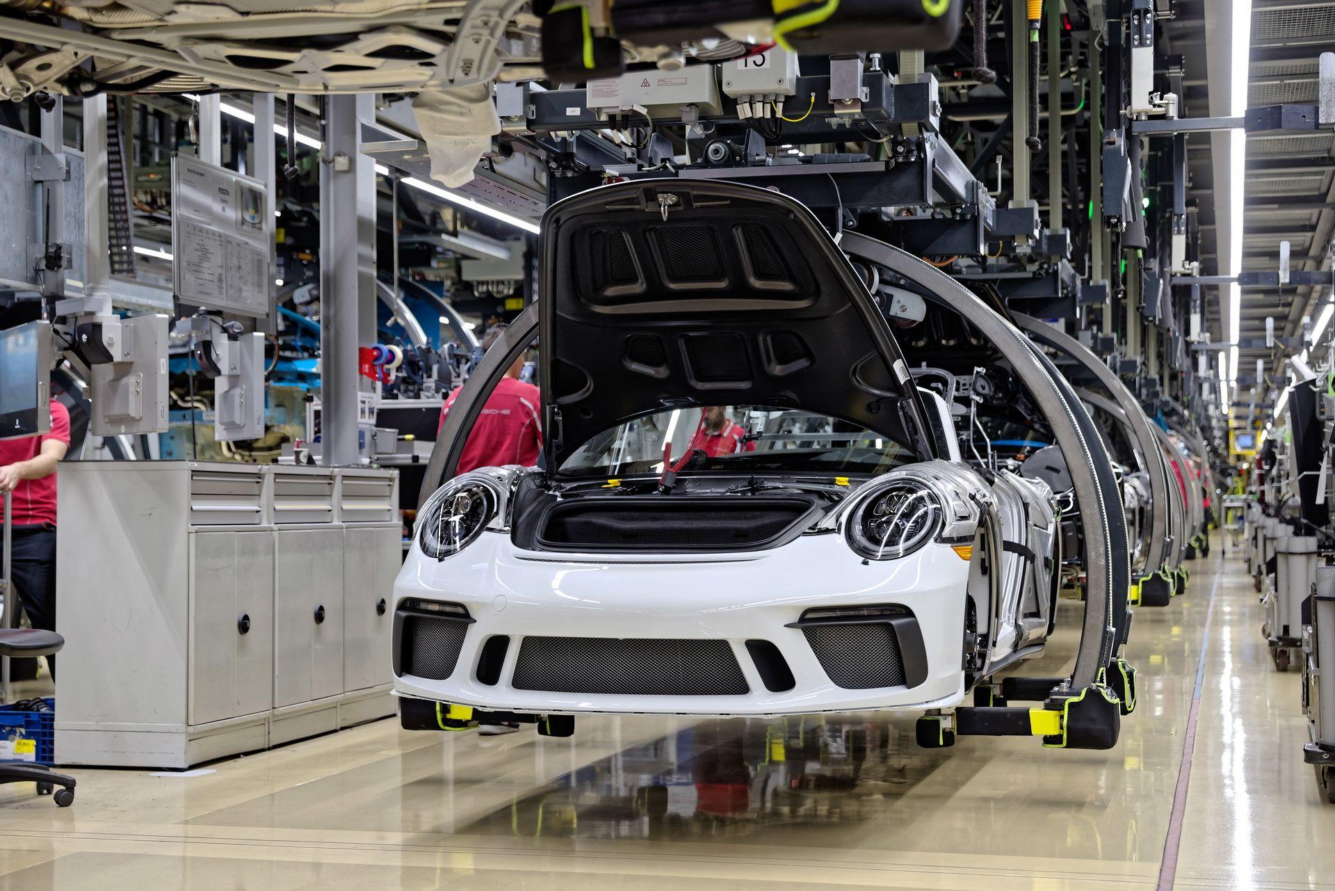 1_Last-Porsche-991-911-Speedster-plant-factory-workers-1
