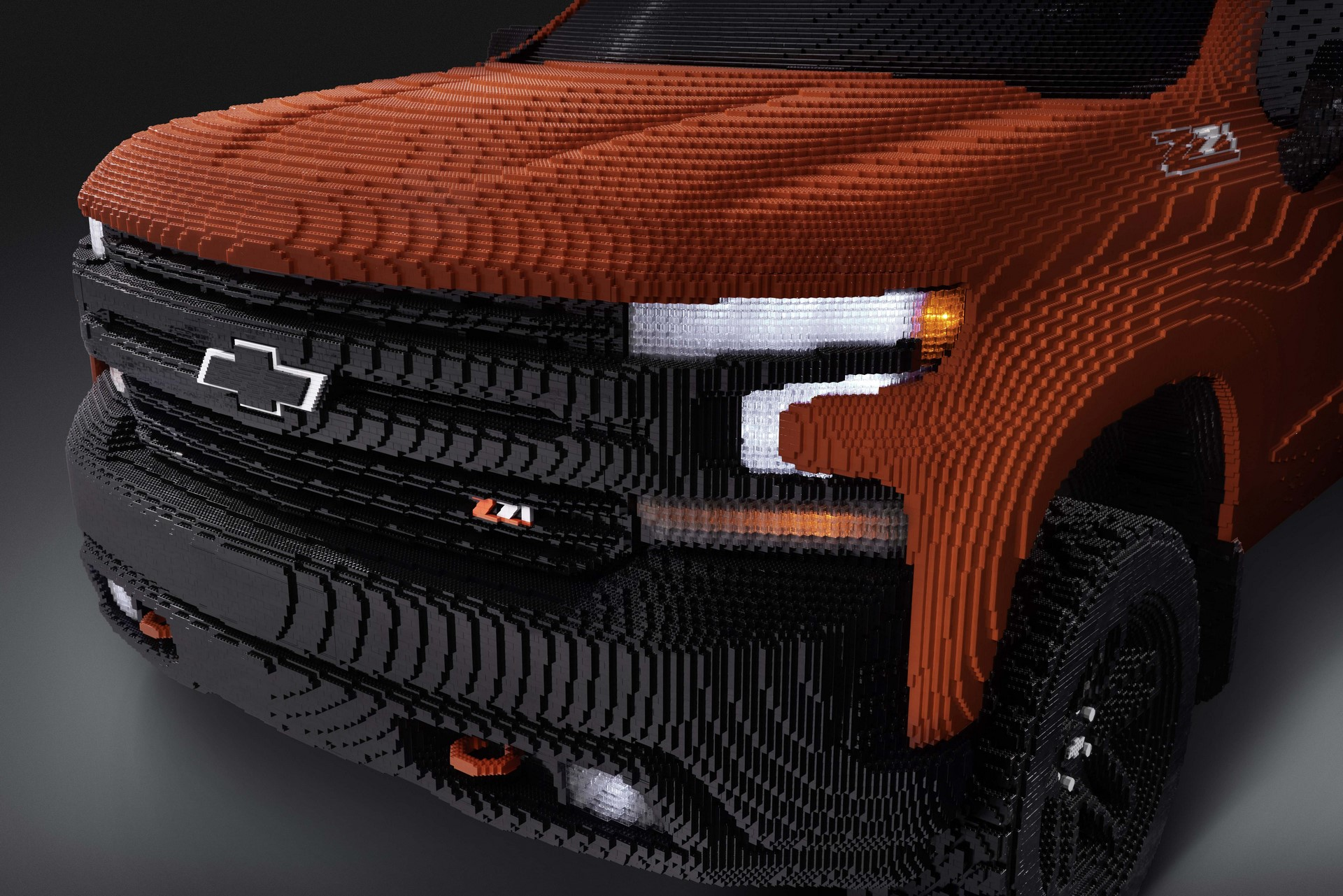 As an exact replica of the Silverado 1500 LT Trail Boss, LEGO® Silverado has unique working lights and graphic details.