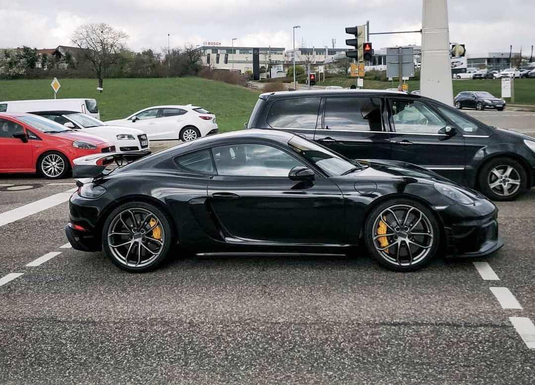 Porsche-718-Cayman-GT4-1