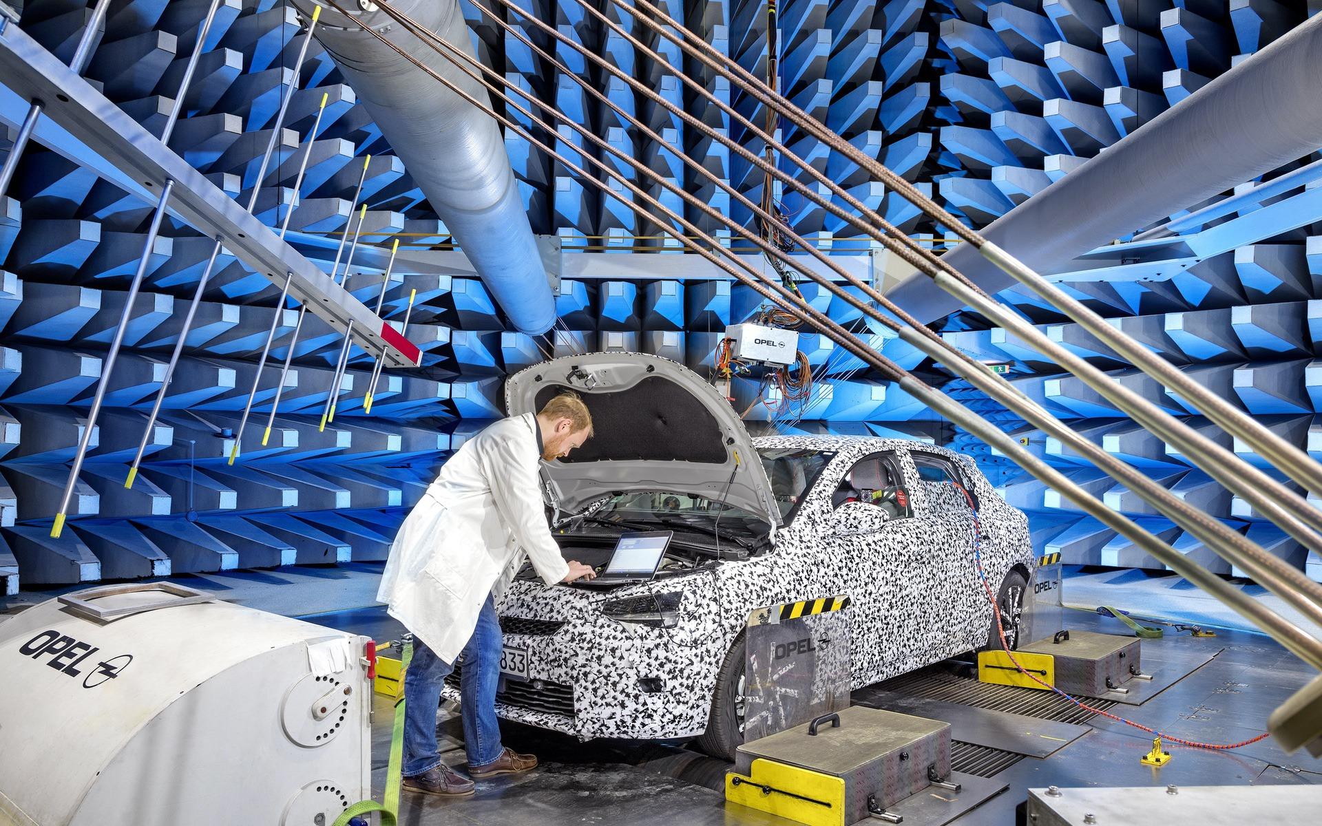 Opel Corsa E im EMV Labor Rüsselsheim