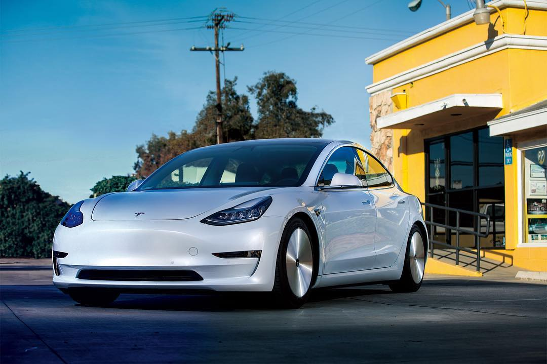 Tesla Model 3 with aerodynamic wheels (1)