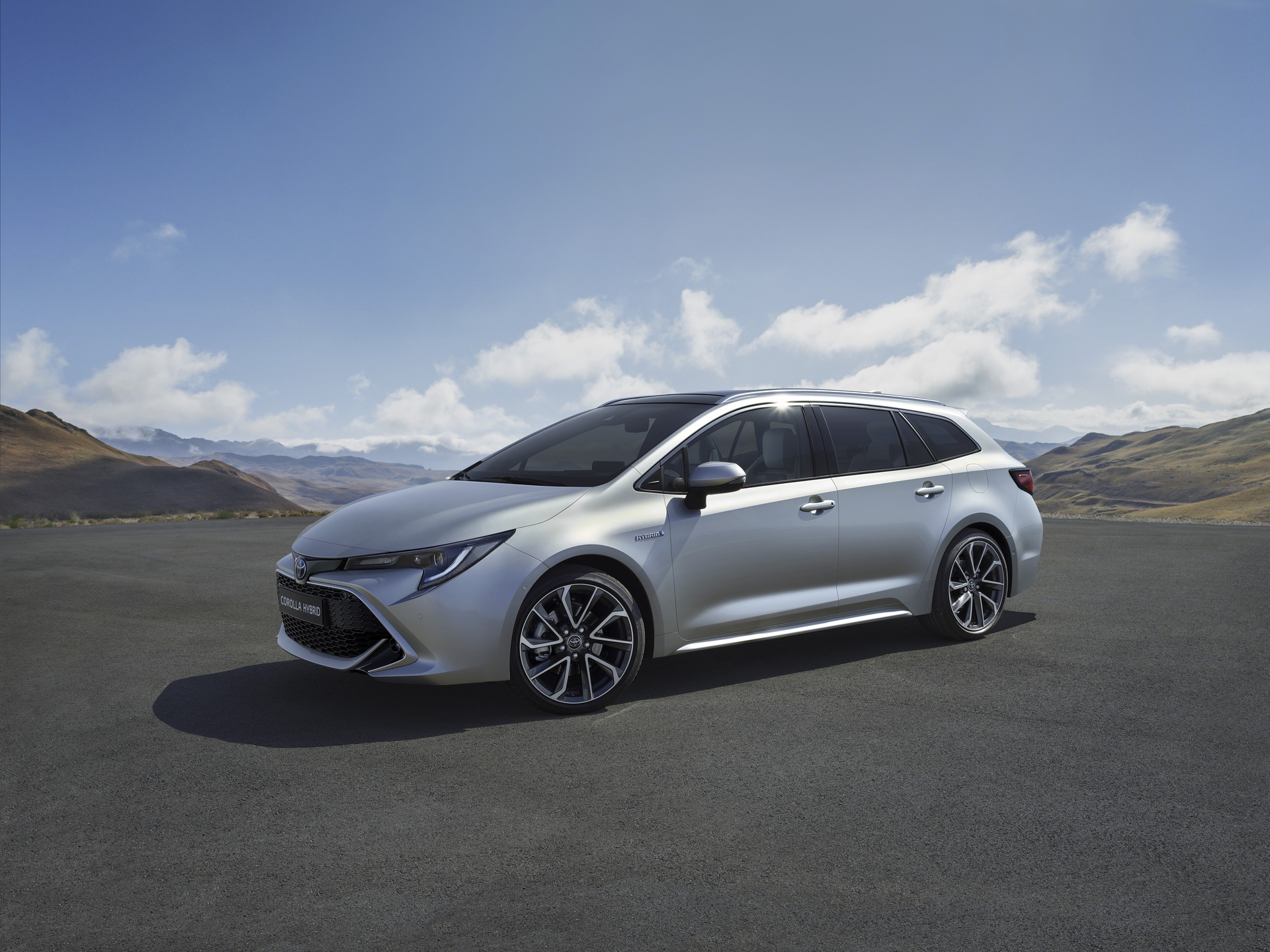 2019_Toyota_Corolla_Touring_Sports_01