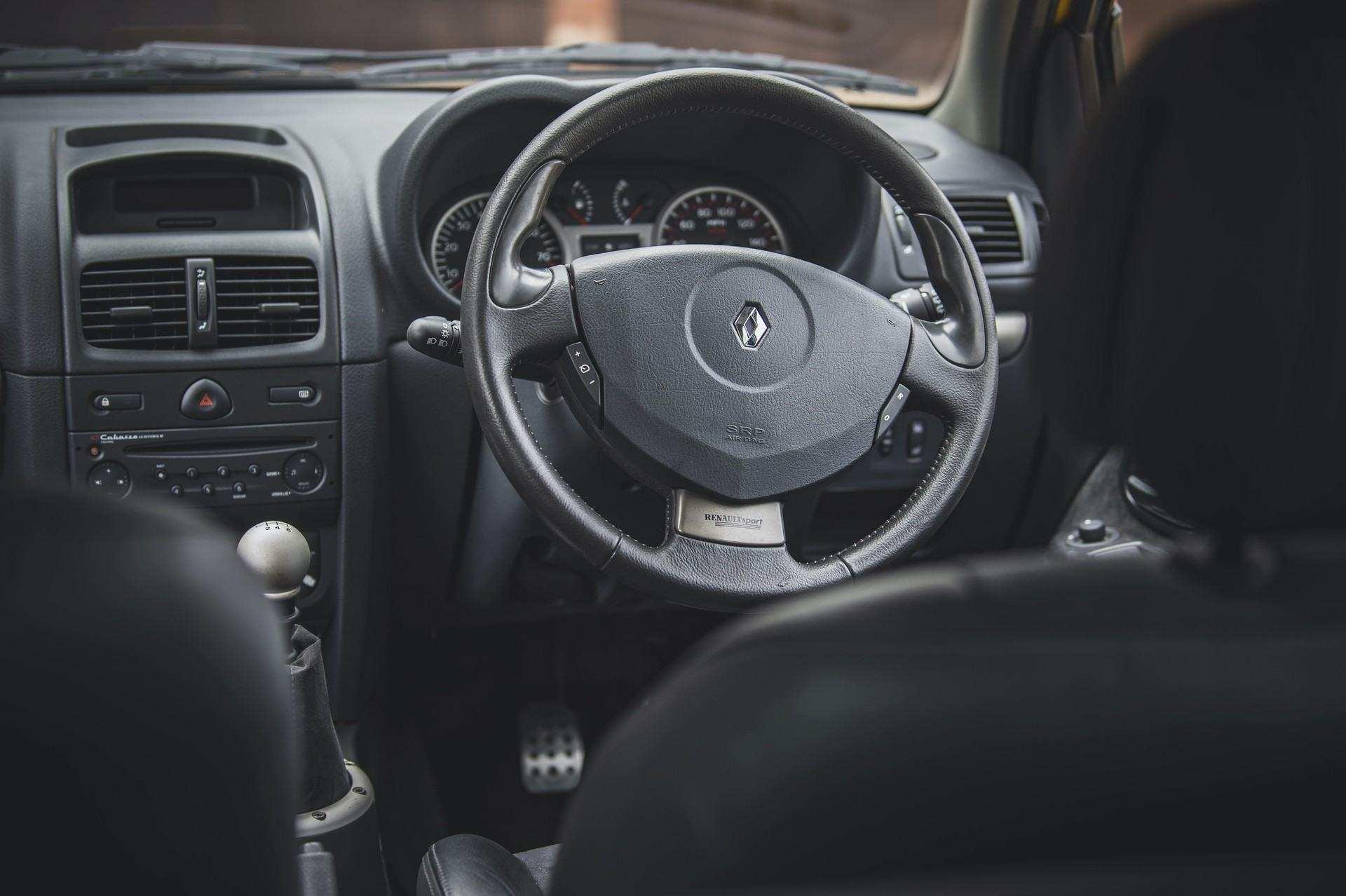 2005_Renault_Clio_V6_Phase_2_0006