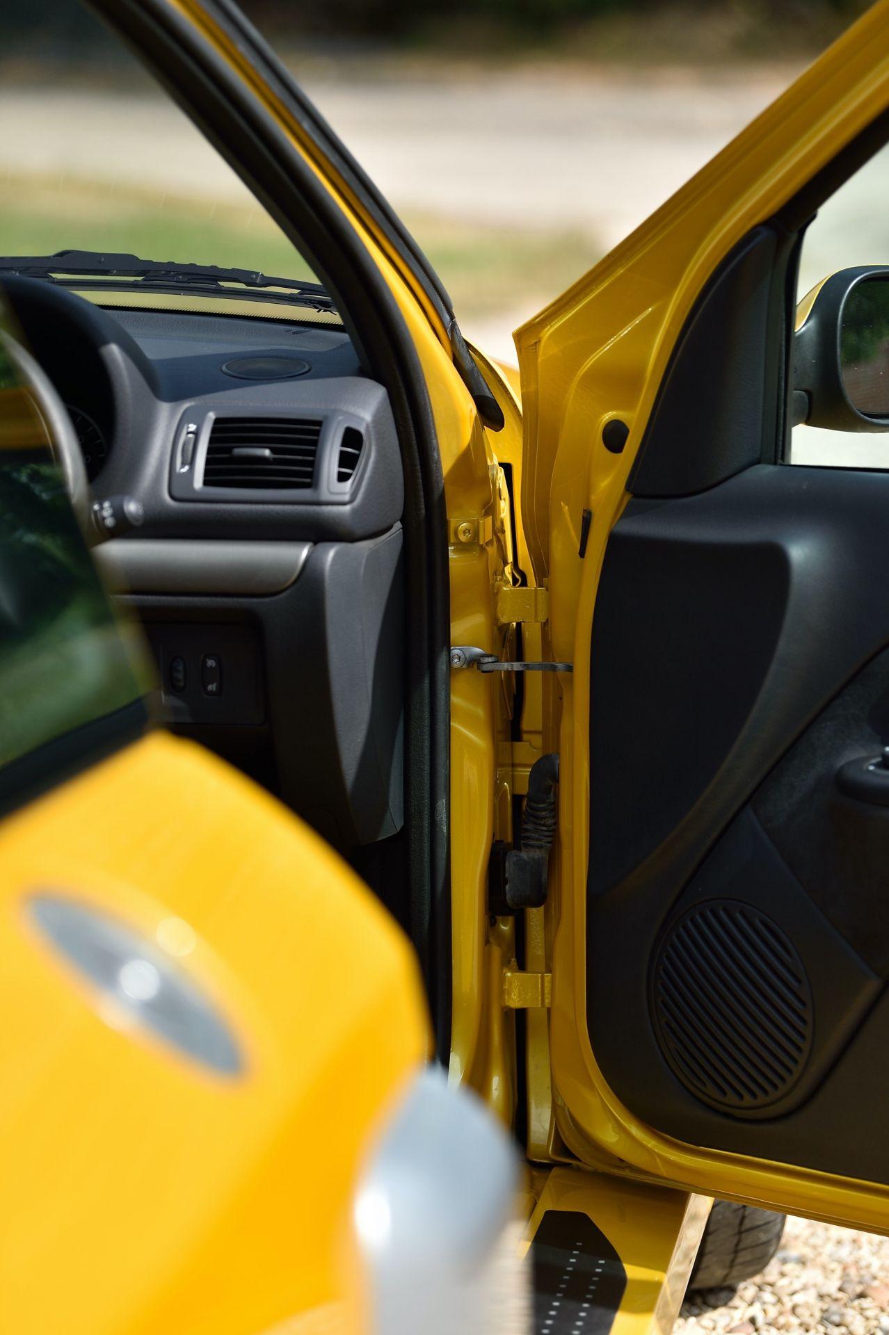 2005_Renault_Clio_V6_Phase_2_0086