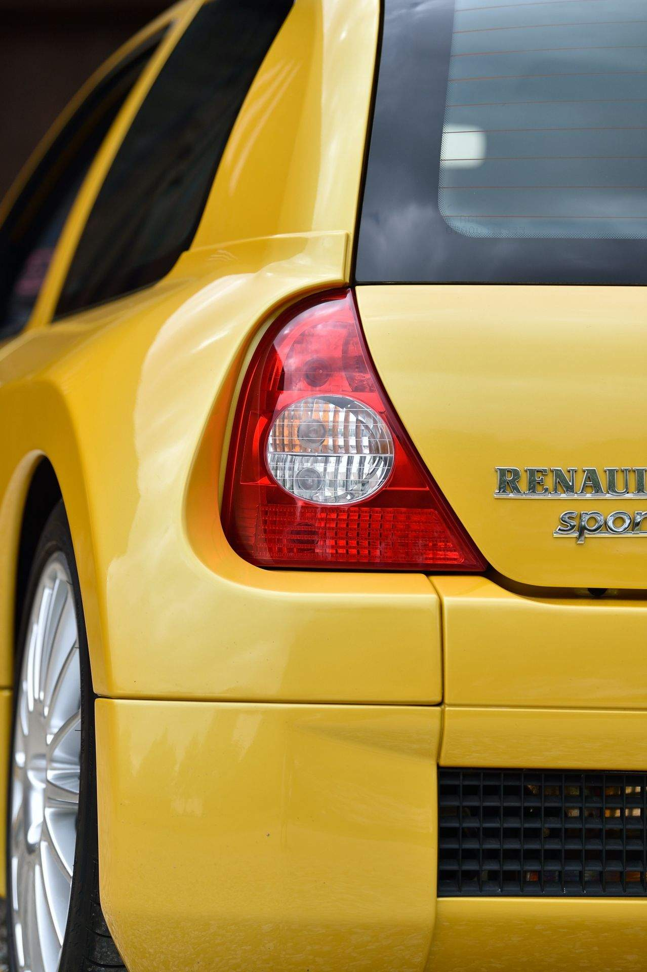 2005_Renault_Clio_V6_Phase_2_0101