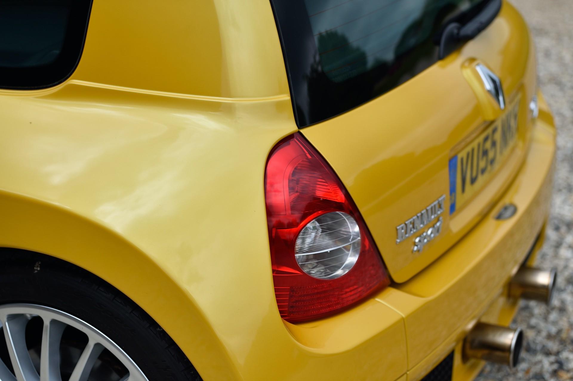 2005_Renault_Clio_V6_Phase_2_0110