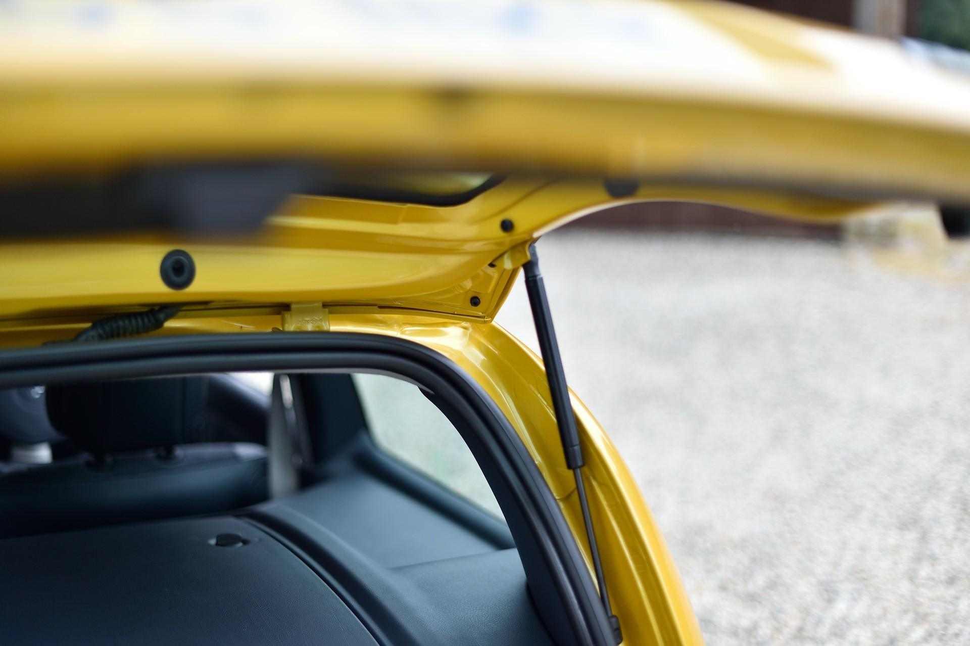 2005_Renault_Clio_V6_Phase_2_0123
