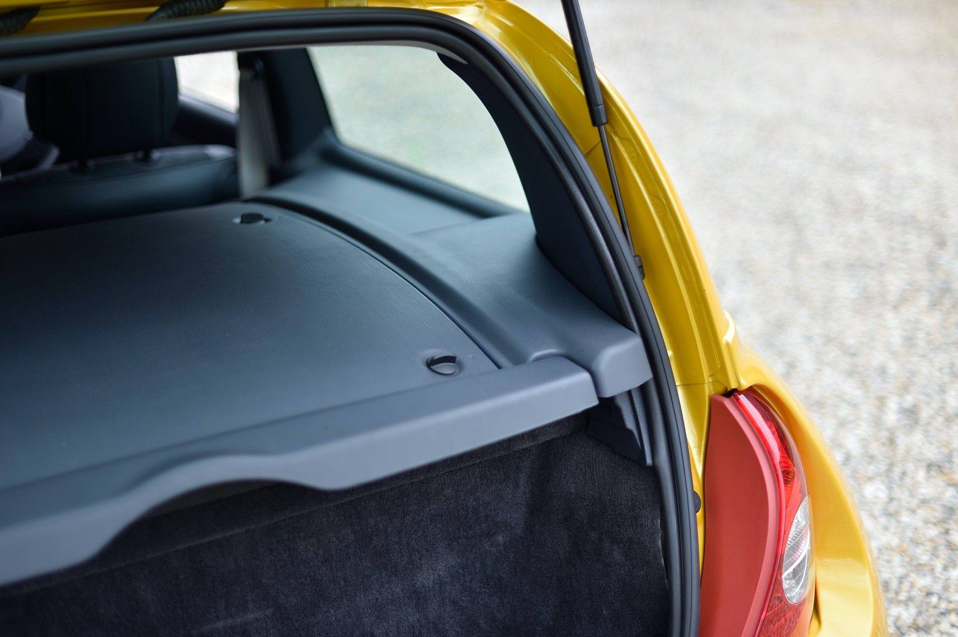2005_Renault_Clio_V6_Phase_2_0124