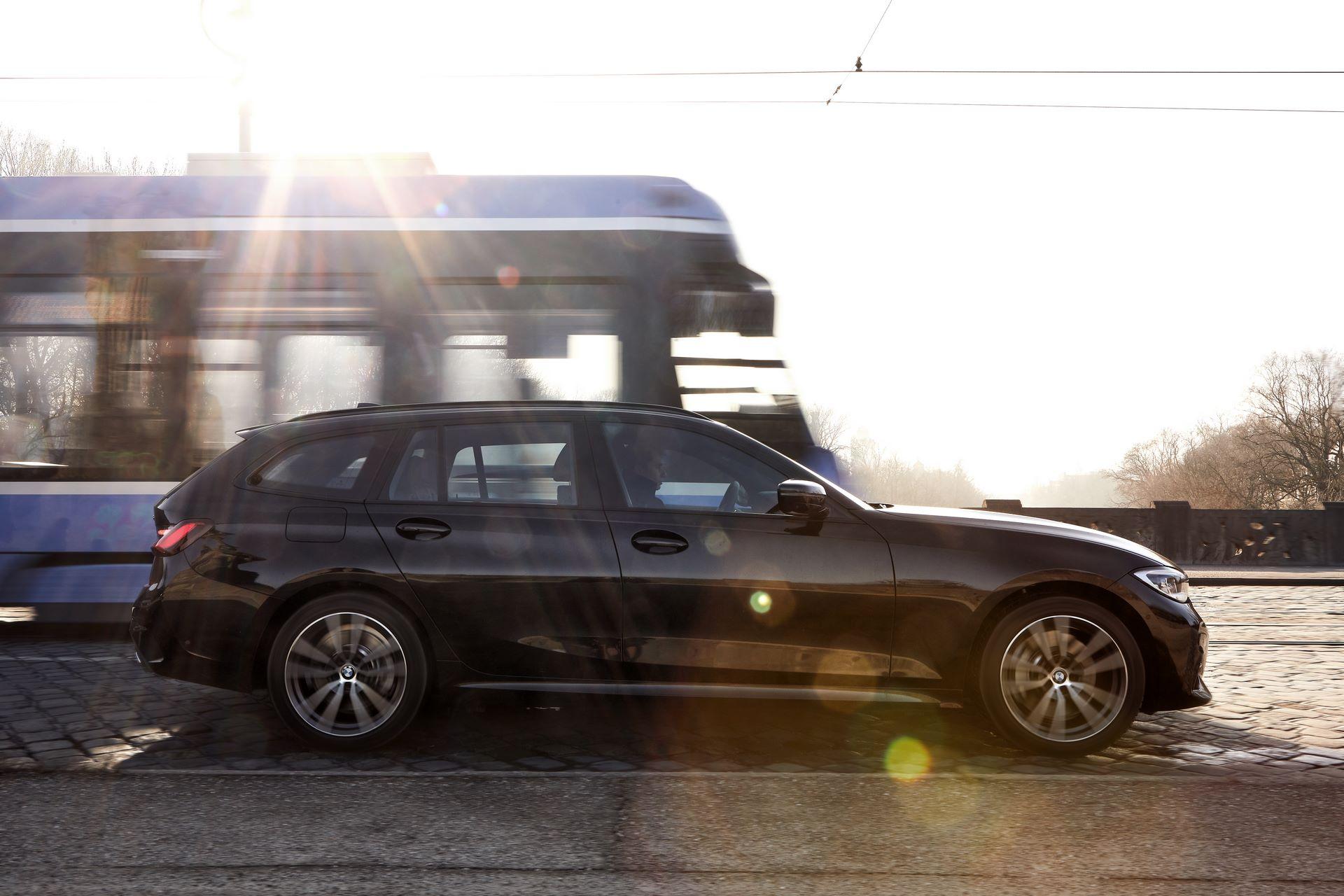 BMW-330e-6