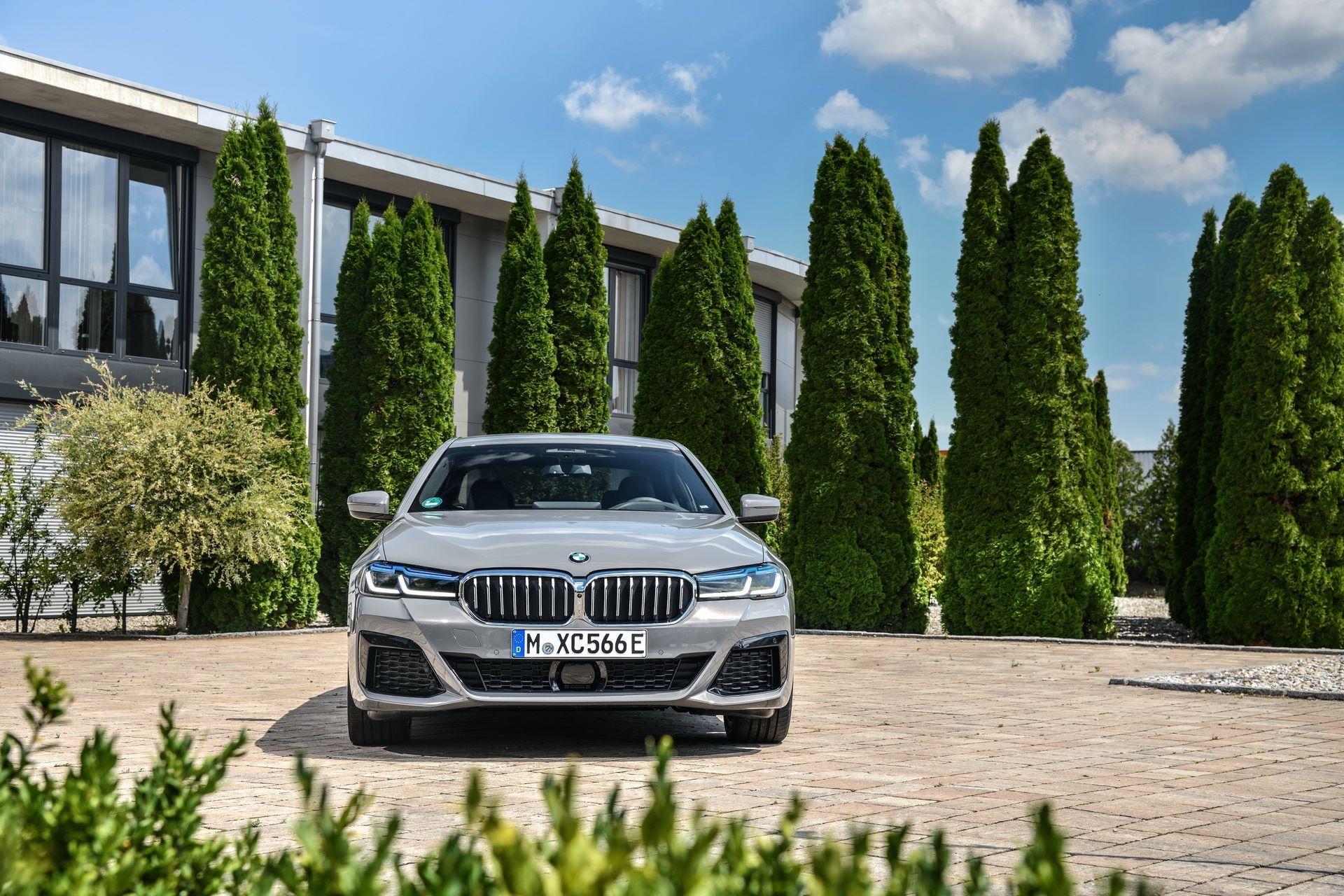 BMW-545e-xDrive-12