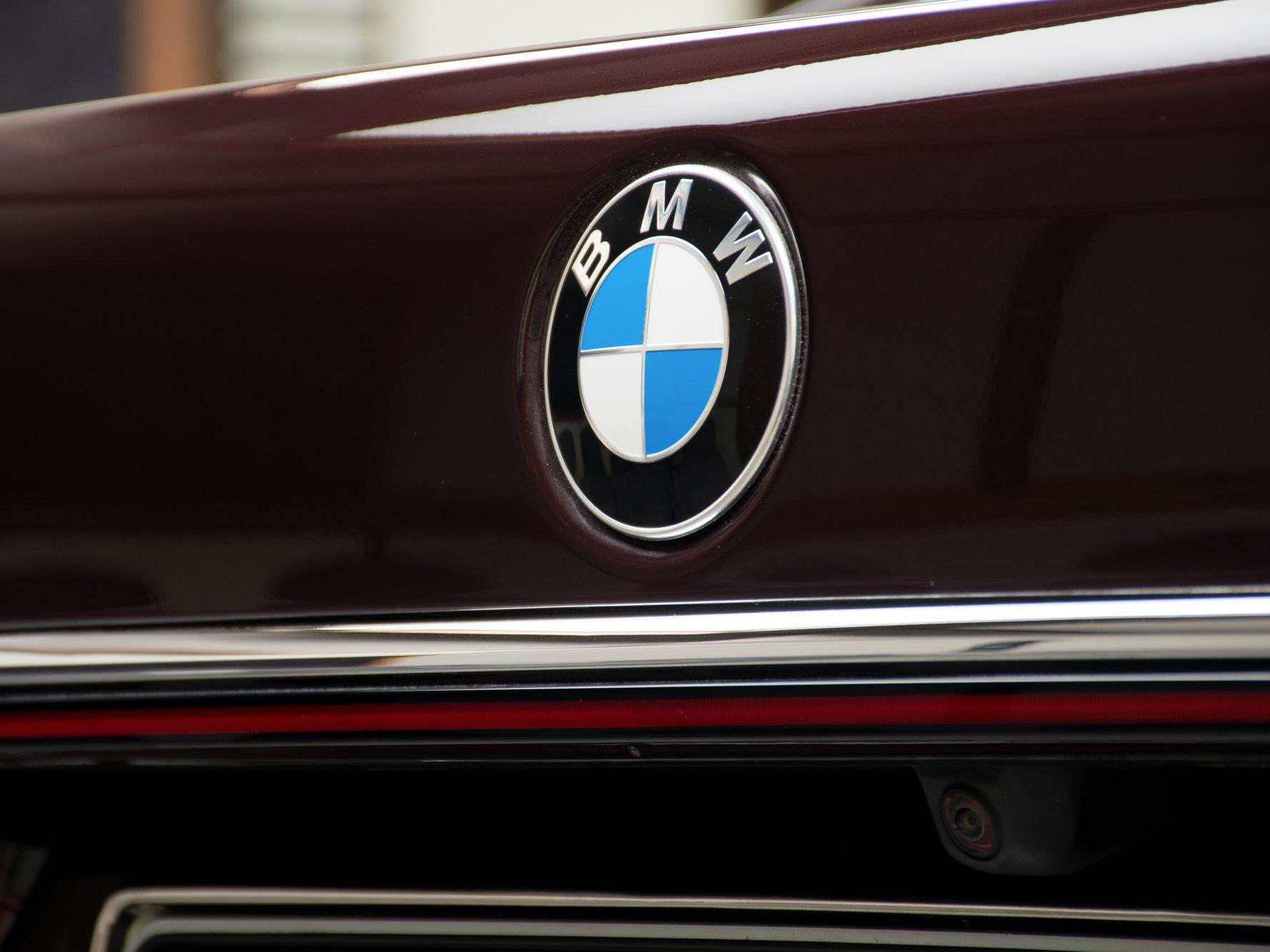 2020_BMW_750Li_Royal_Burgundy_Red_0023