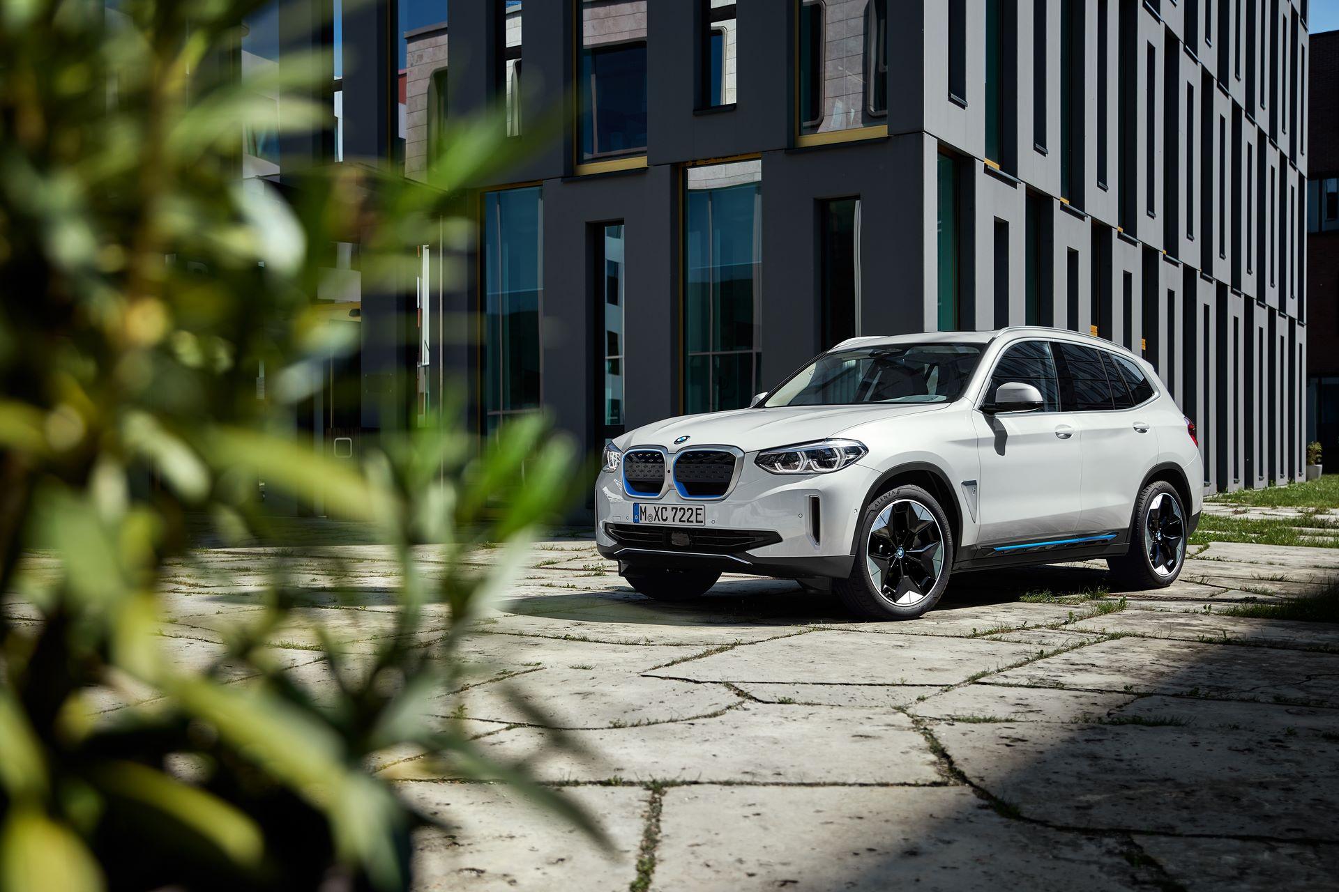 BMW-iX3-25