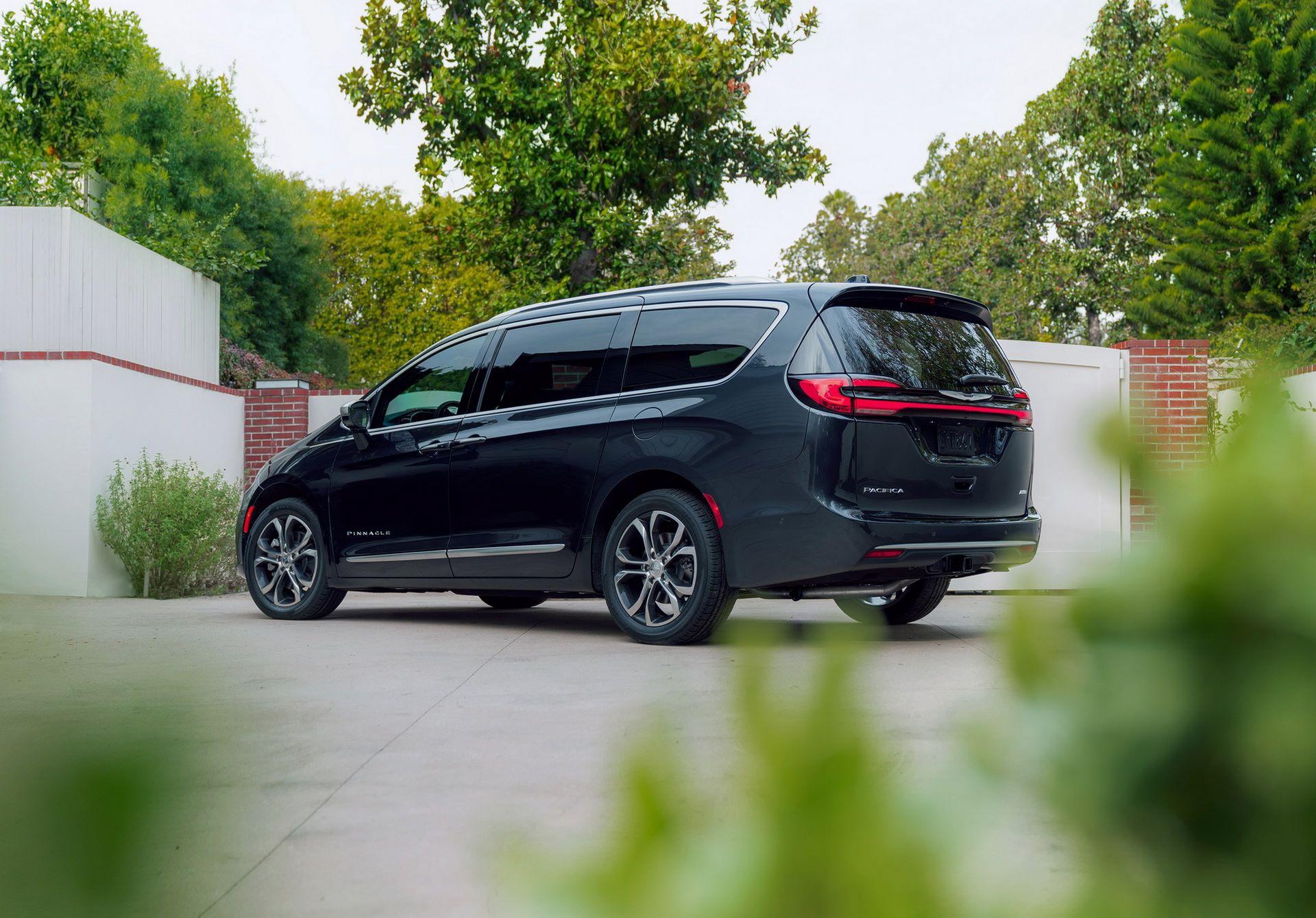 2021-Chrysler-Pacifica-15