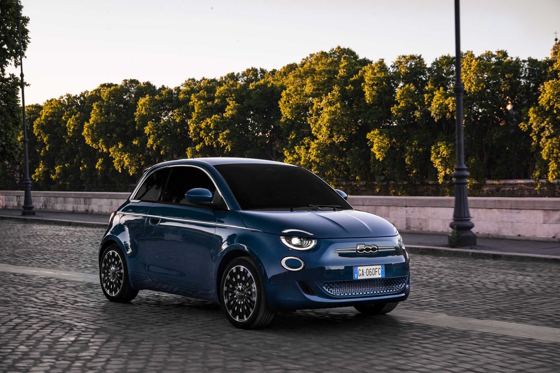 Fiat-500-Electric-hatchback-la-prima-1