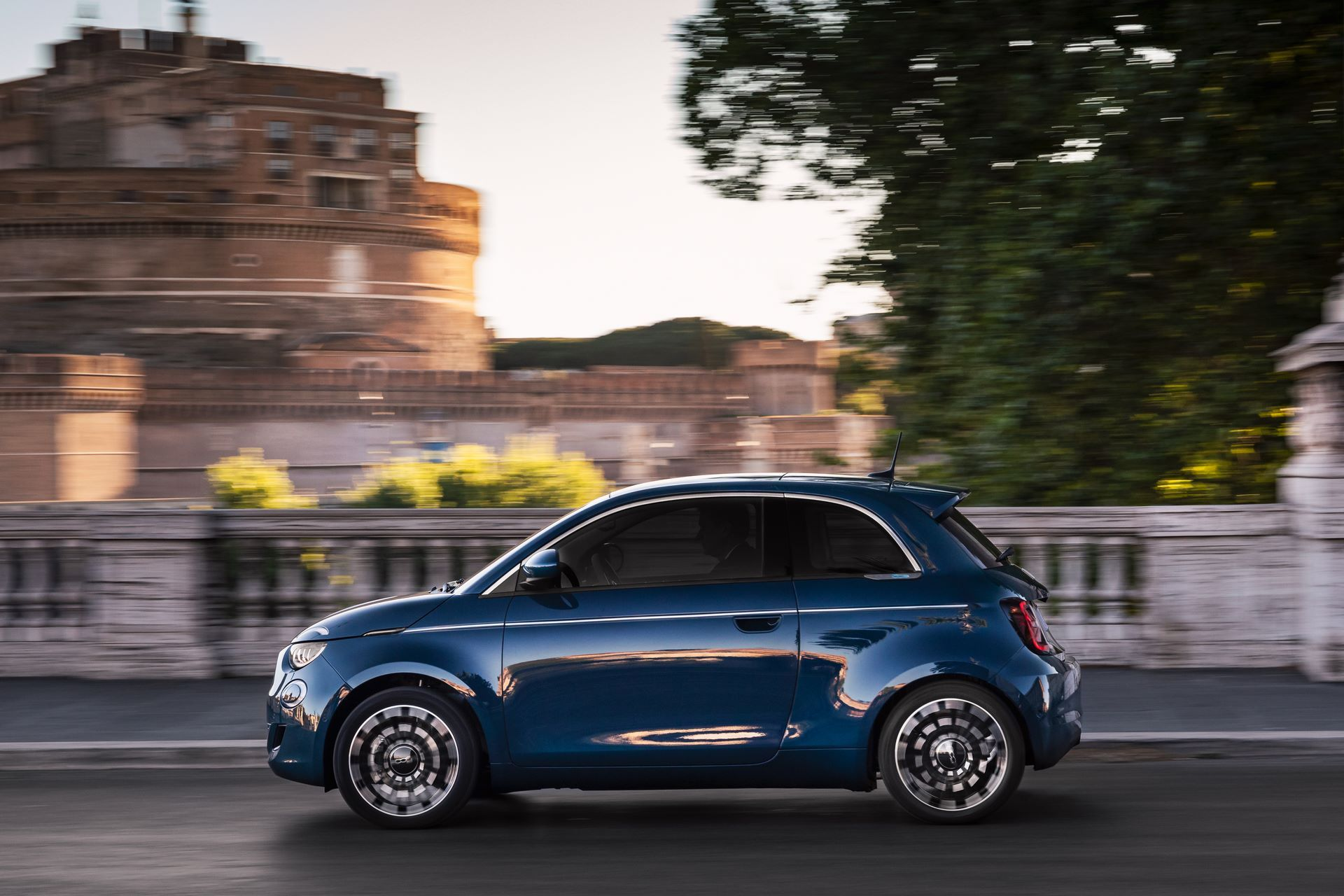 Fiat-500-Electric-hatchback-la-prima-3