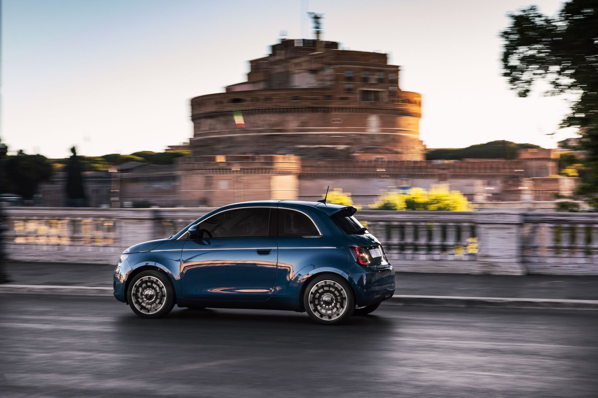 Fiat-500-Electric-hatchback-la-prima-4