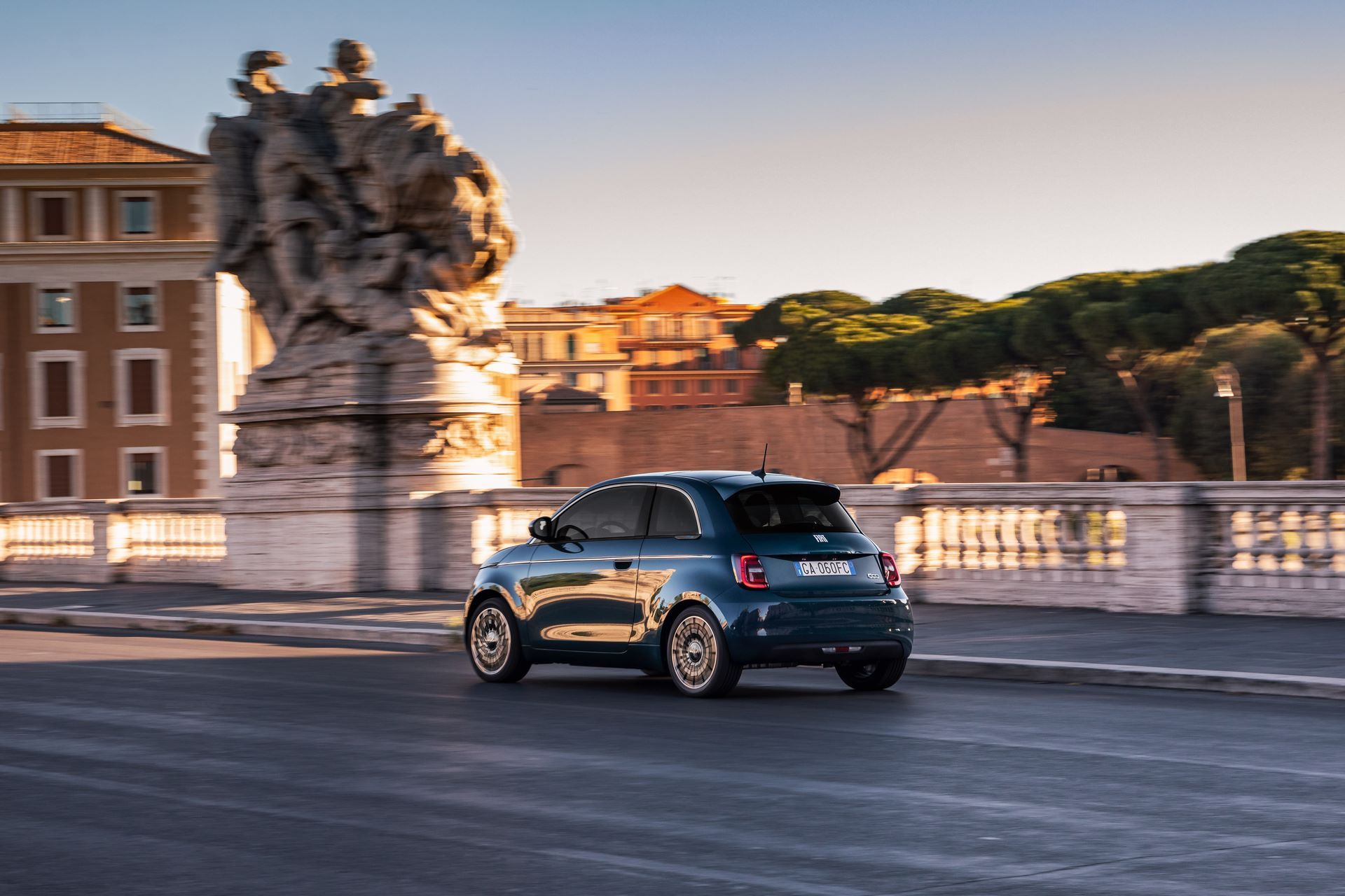 Fiat-500-Electric-hatchback-la-prima-5