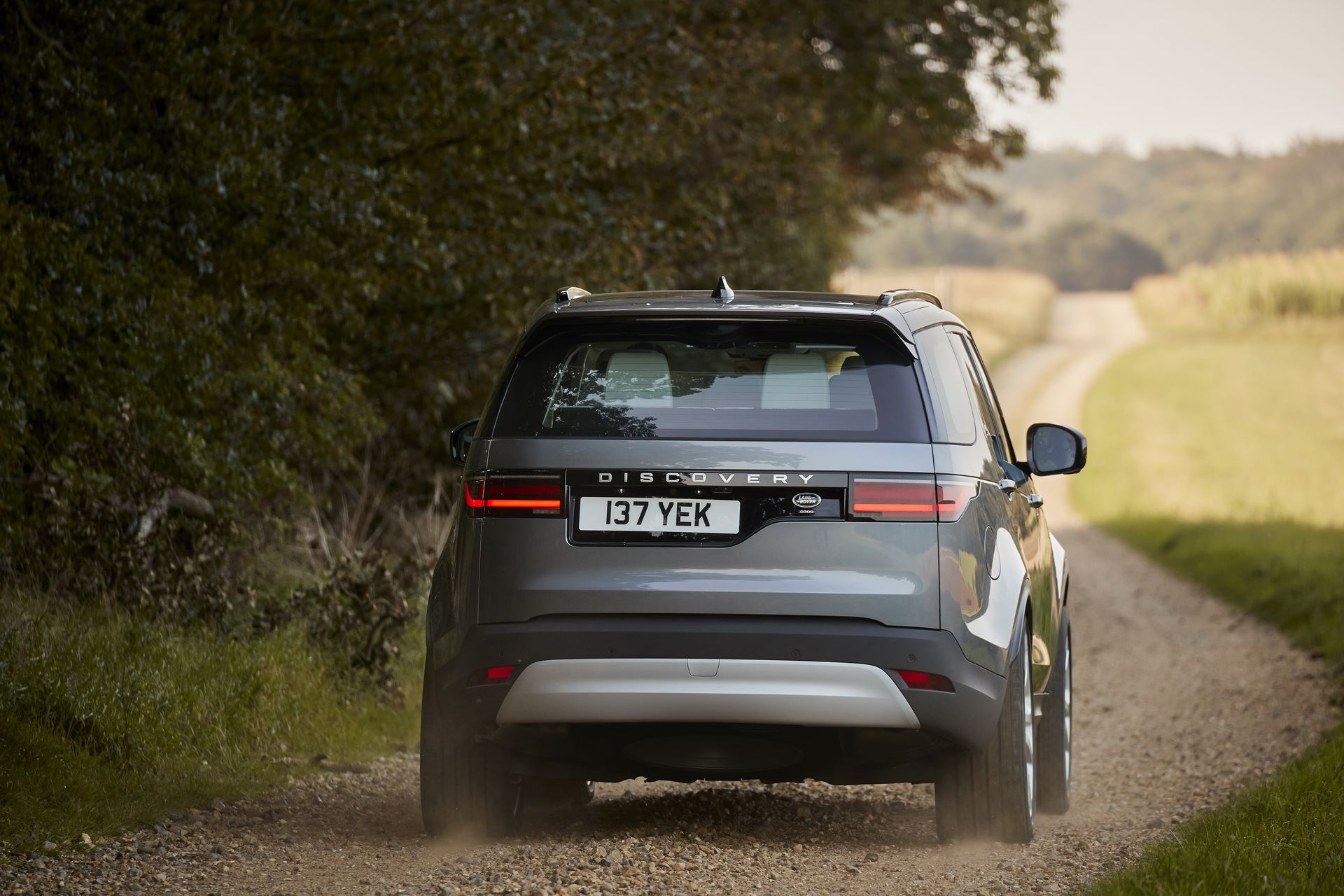 2021-Land-Rover-Discovery-08