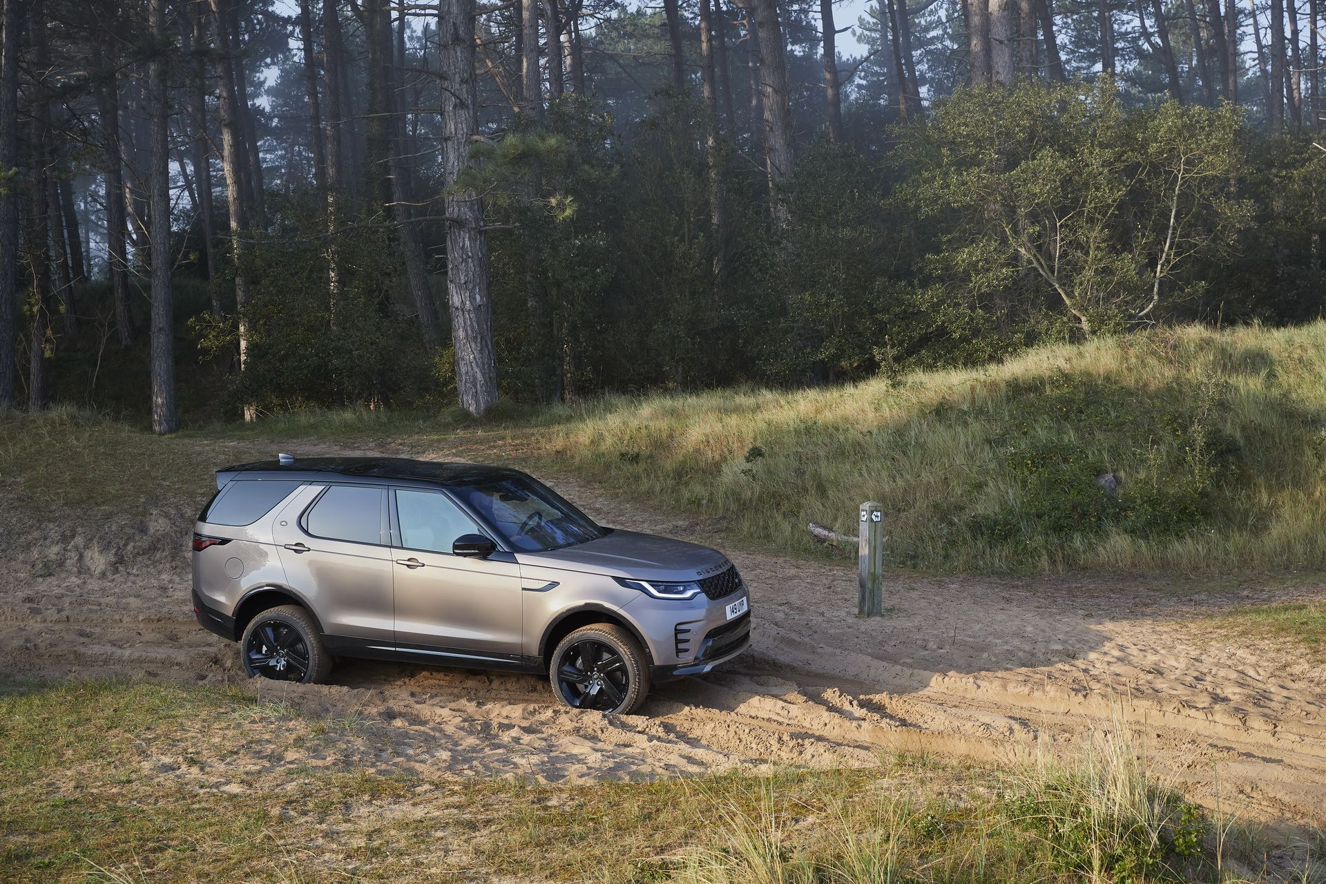2021-Land-Rover-Discovery-32-1