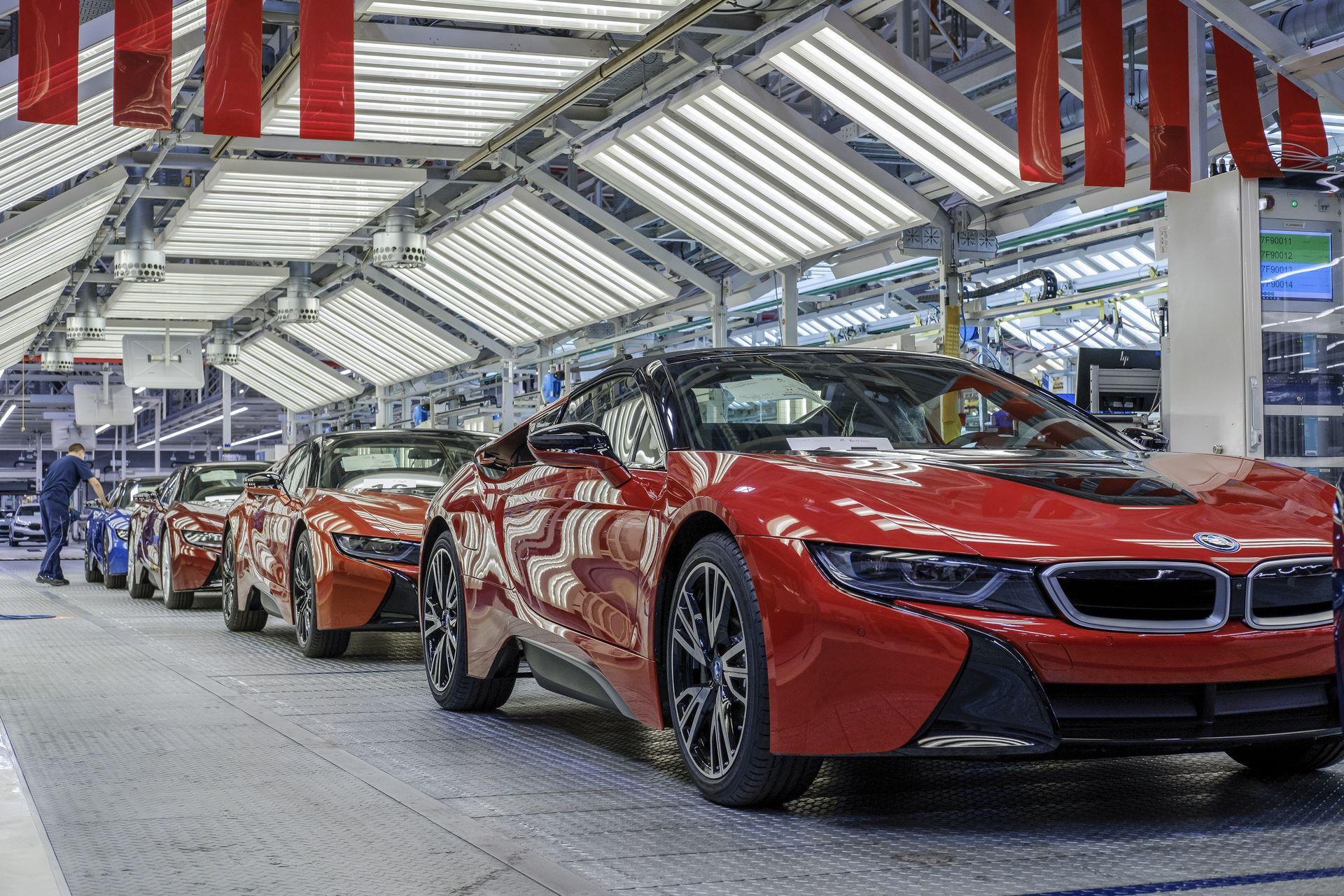 Die 18 letzten BMW i8 Roadster, alle in unterschiedlichen Farben, verlassen das Finish im Werk Leipzig.