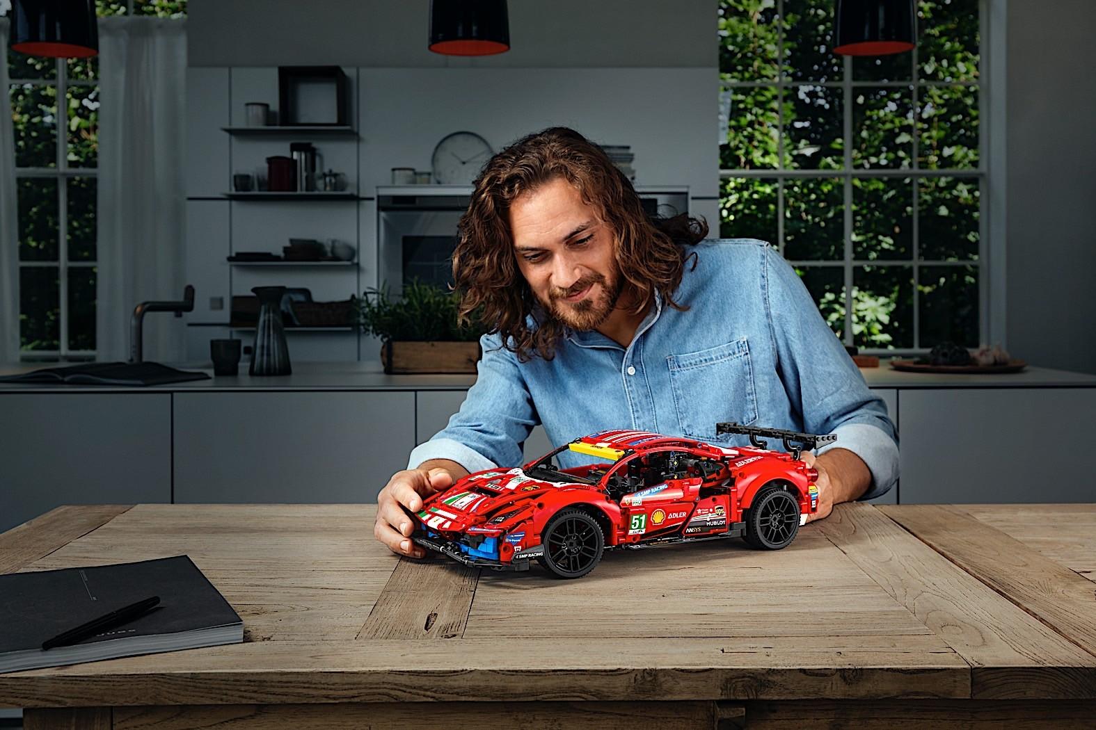 Lego-Technic-Ferrari-488-GTE-AF-Corse-51-10